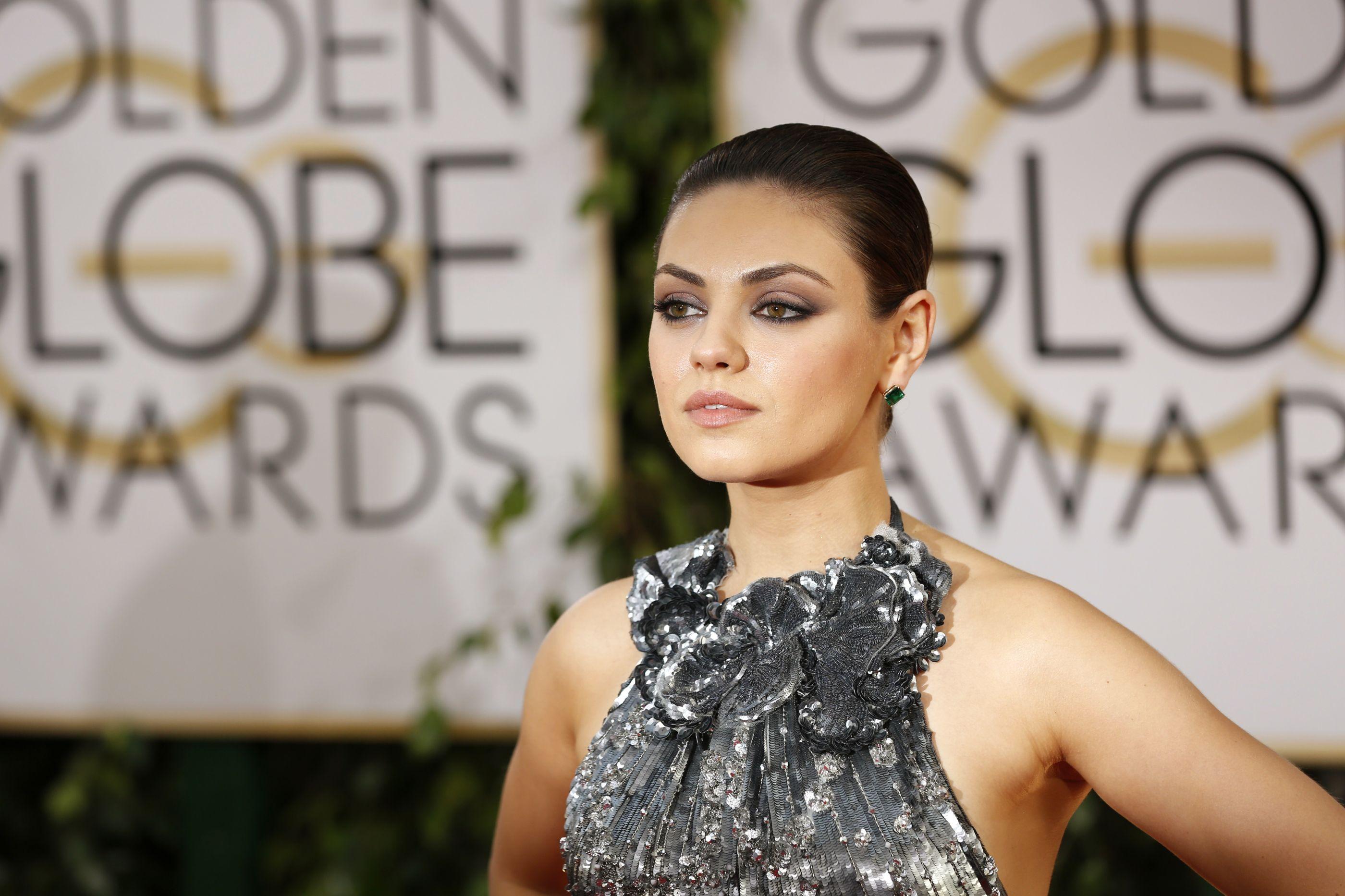 """Mila Kunis sentia-se """"estranha"""" por amamentar em público"""