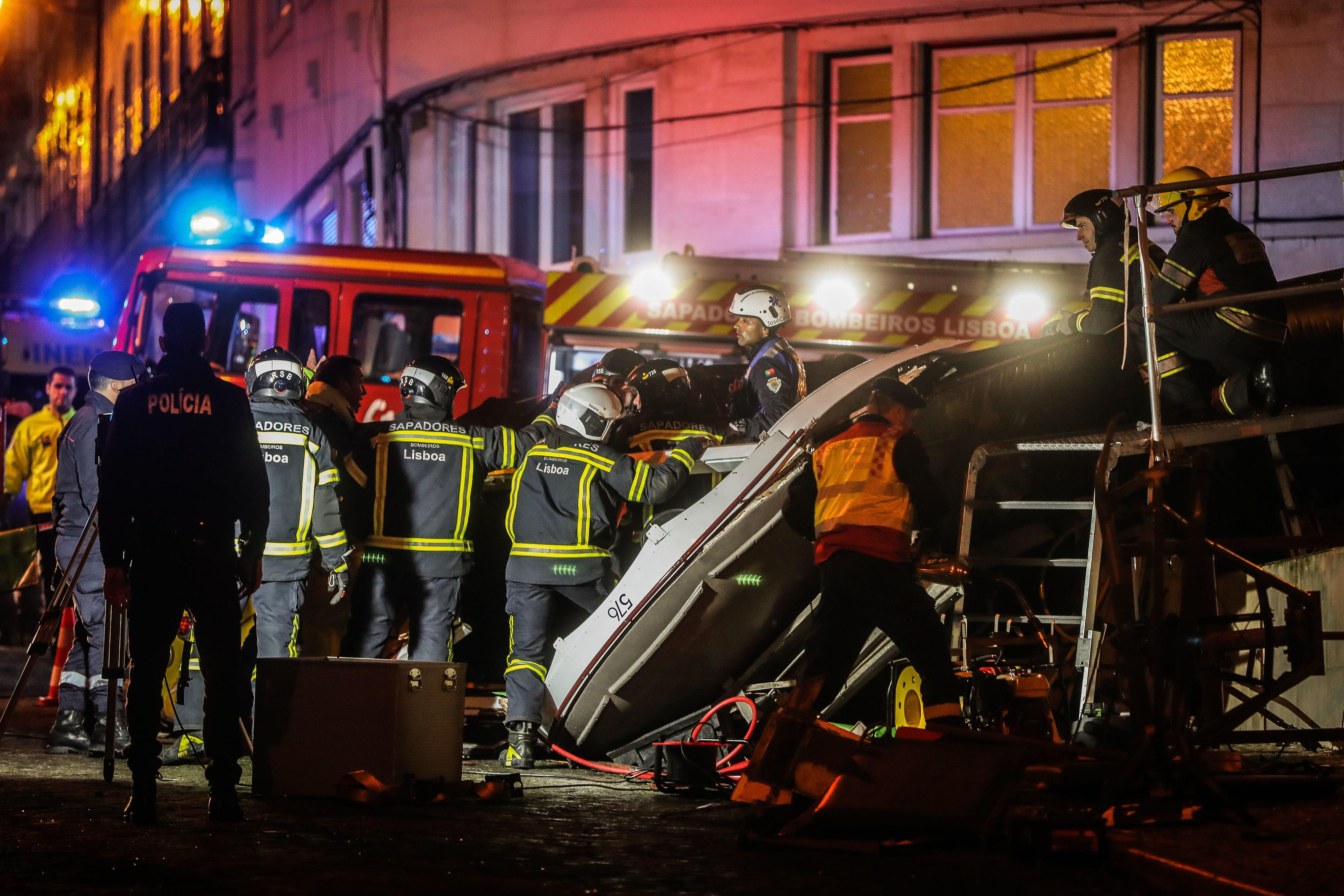 """Descarrilamento de elétrico em Lisboa faz 11 feridos, """"todos conscientes"""""""