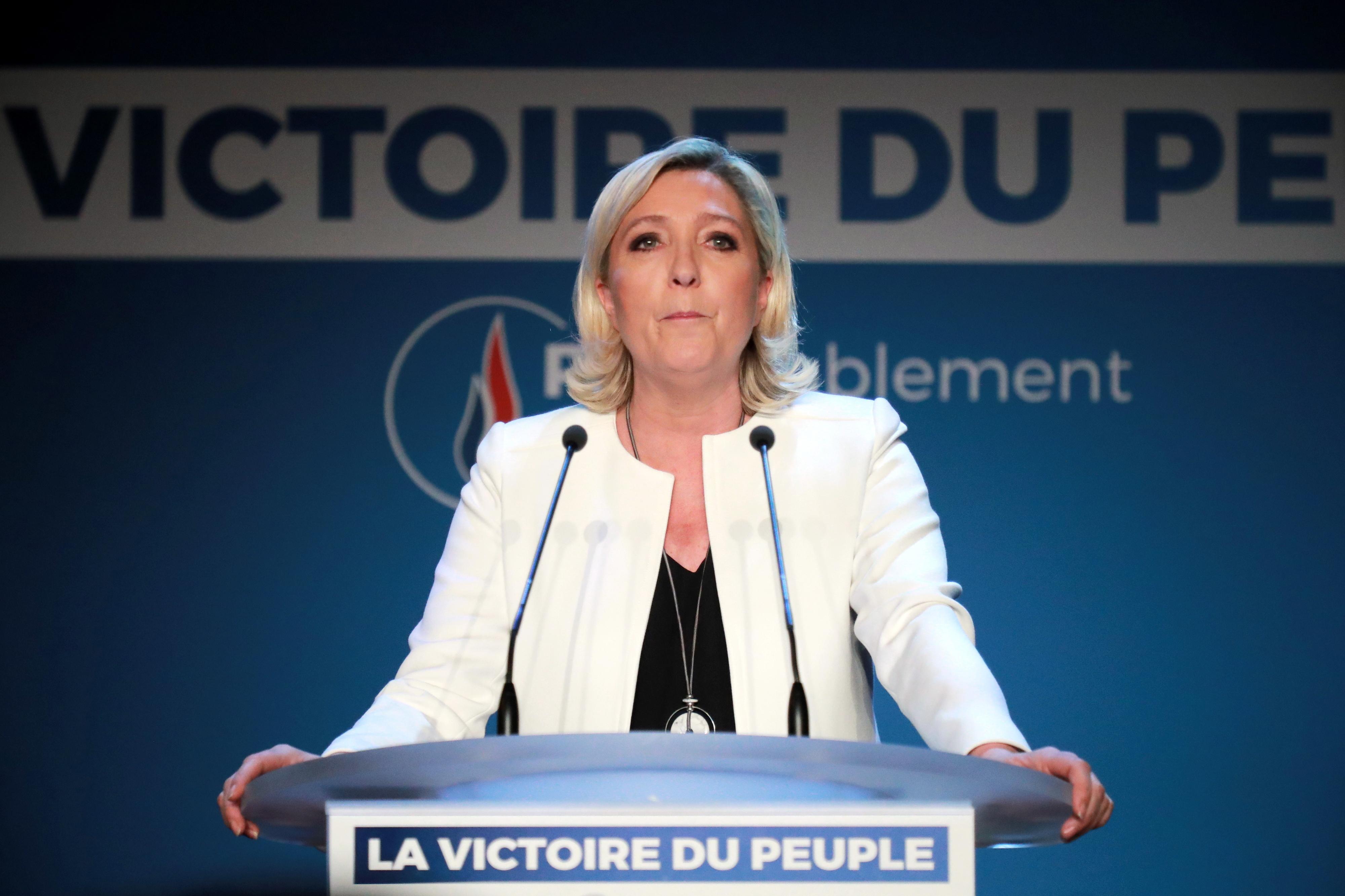 Le Pen pede dissolução da Assembleia Nacional em França