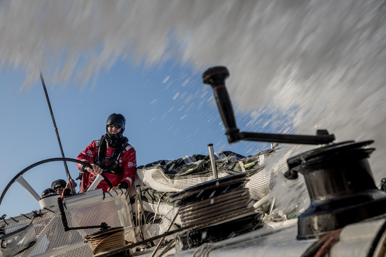 Desacelerar para acelerar: a frota Volvo Ocean Race mergulha mais profundamente no Oceano Antártico