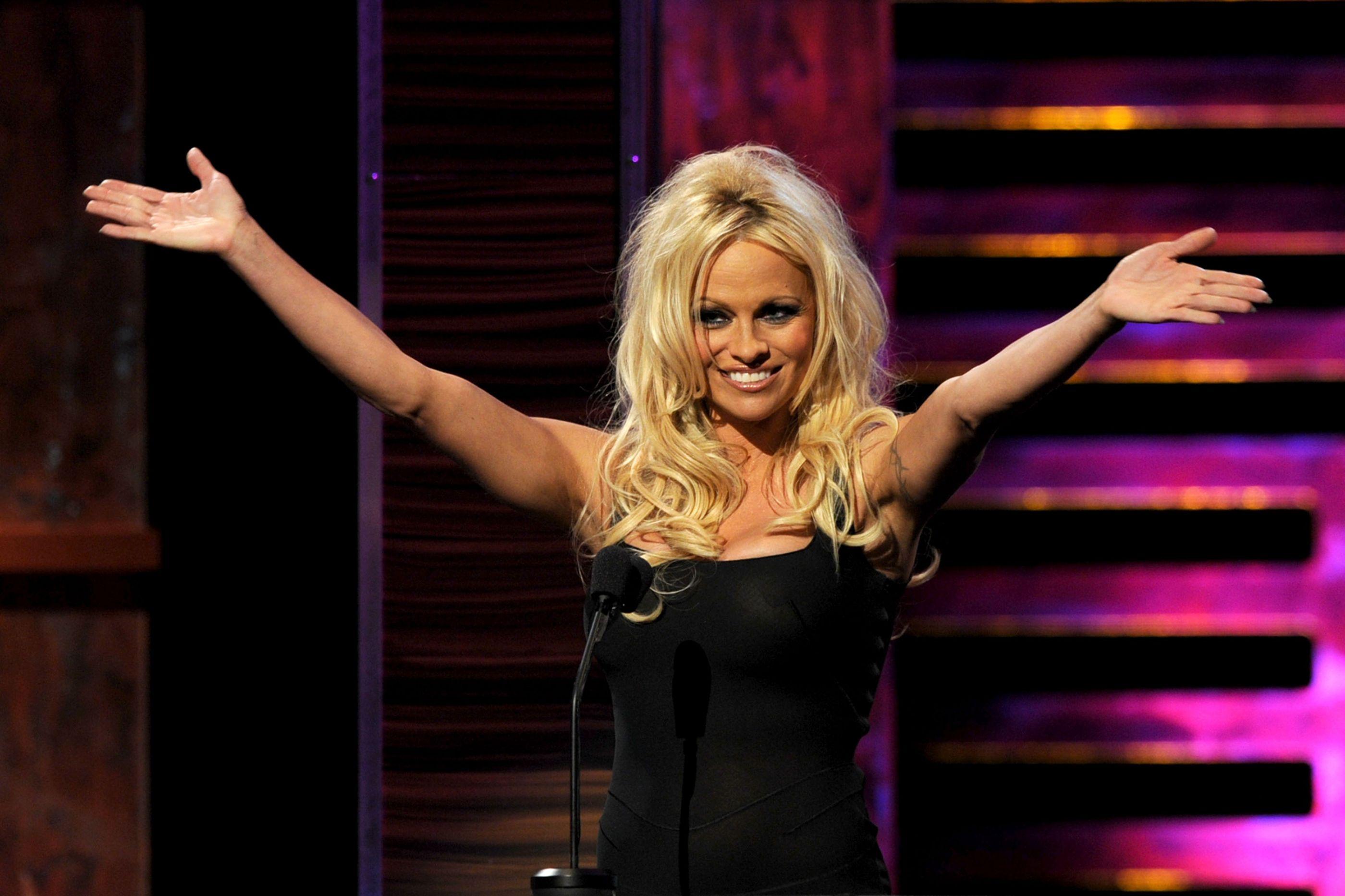 """""""Mãe, tens que posar nua para a Playboy"""". E Pamela Anderson assim o fez"""
