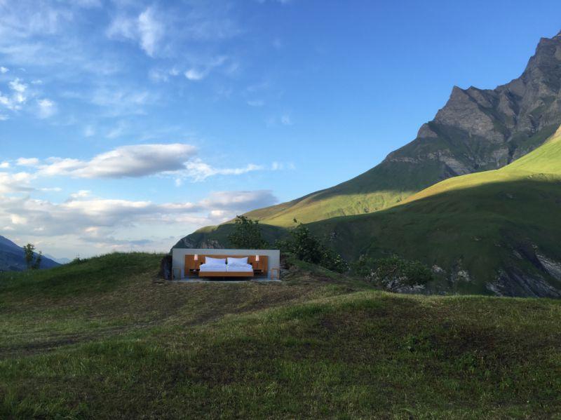 Um quarto de hotel sem paredes nem telhado, no topo da montanha