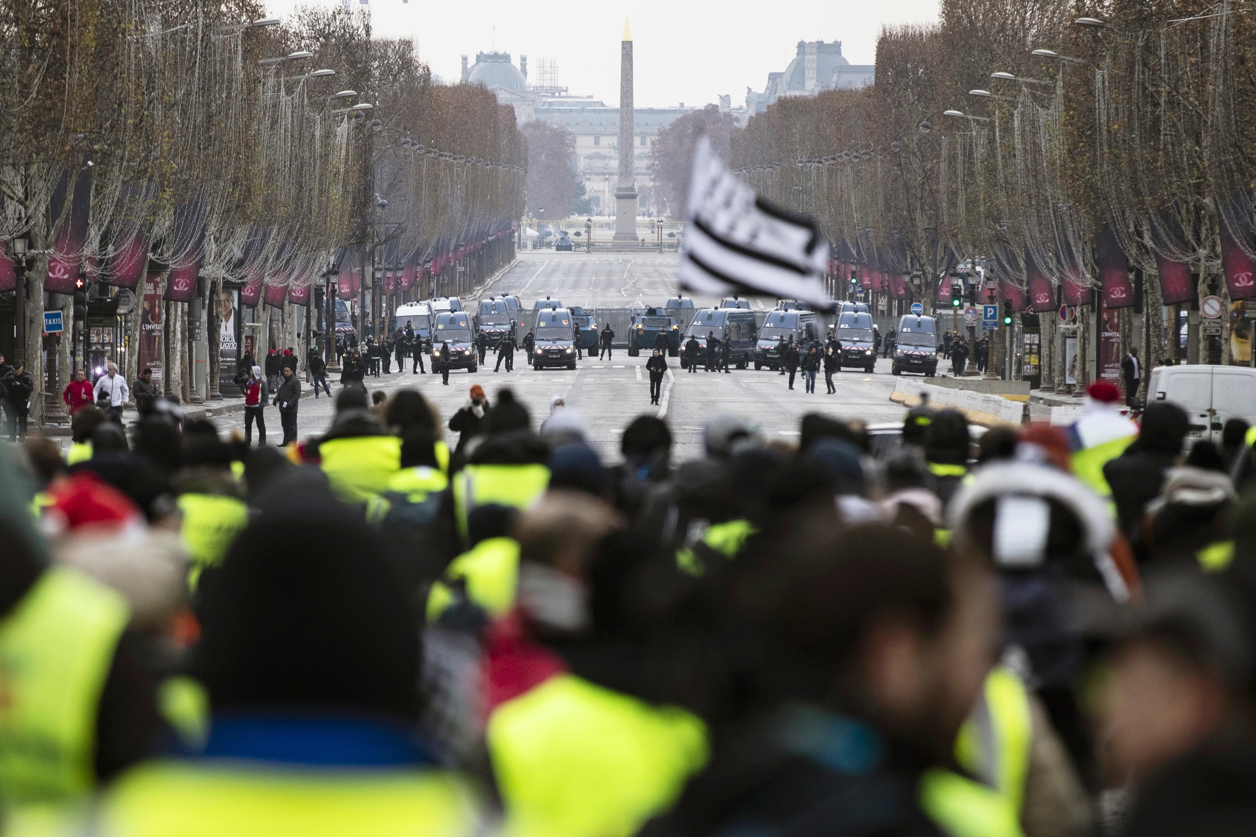 Tensão entre 'coletes amarelos' e a Polícia em Paris, mas menos manifestantes