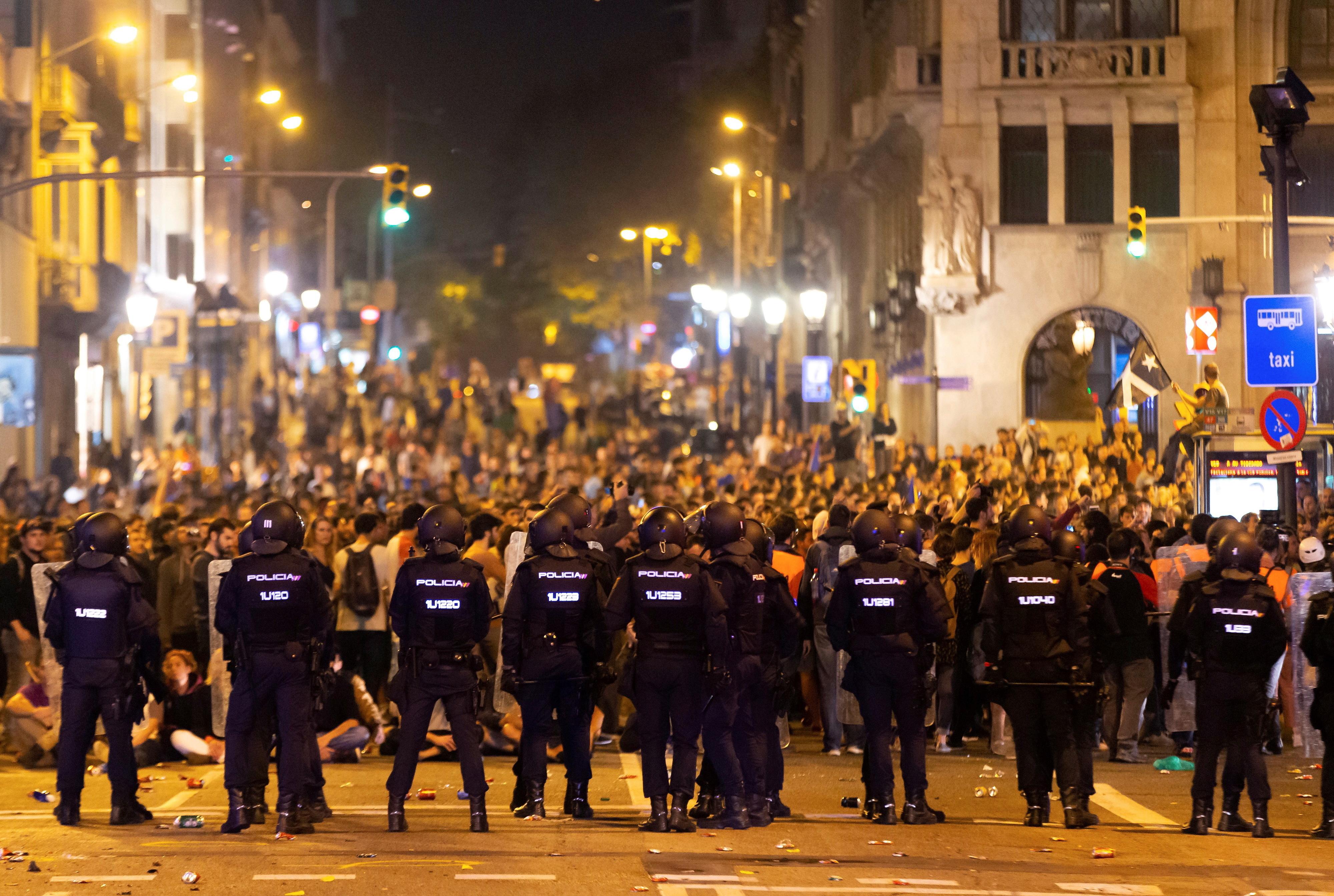 Protesto desconvocado depois de polícia carregar sobre manifestantes