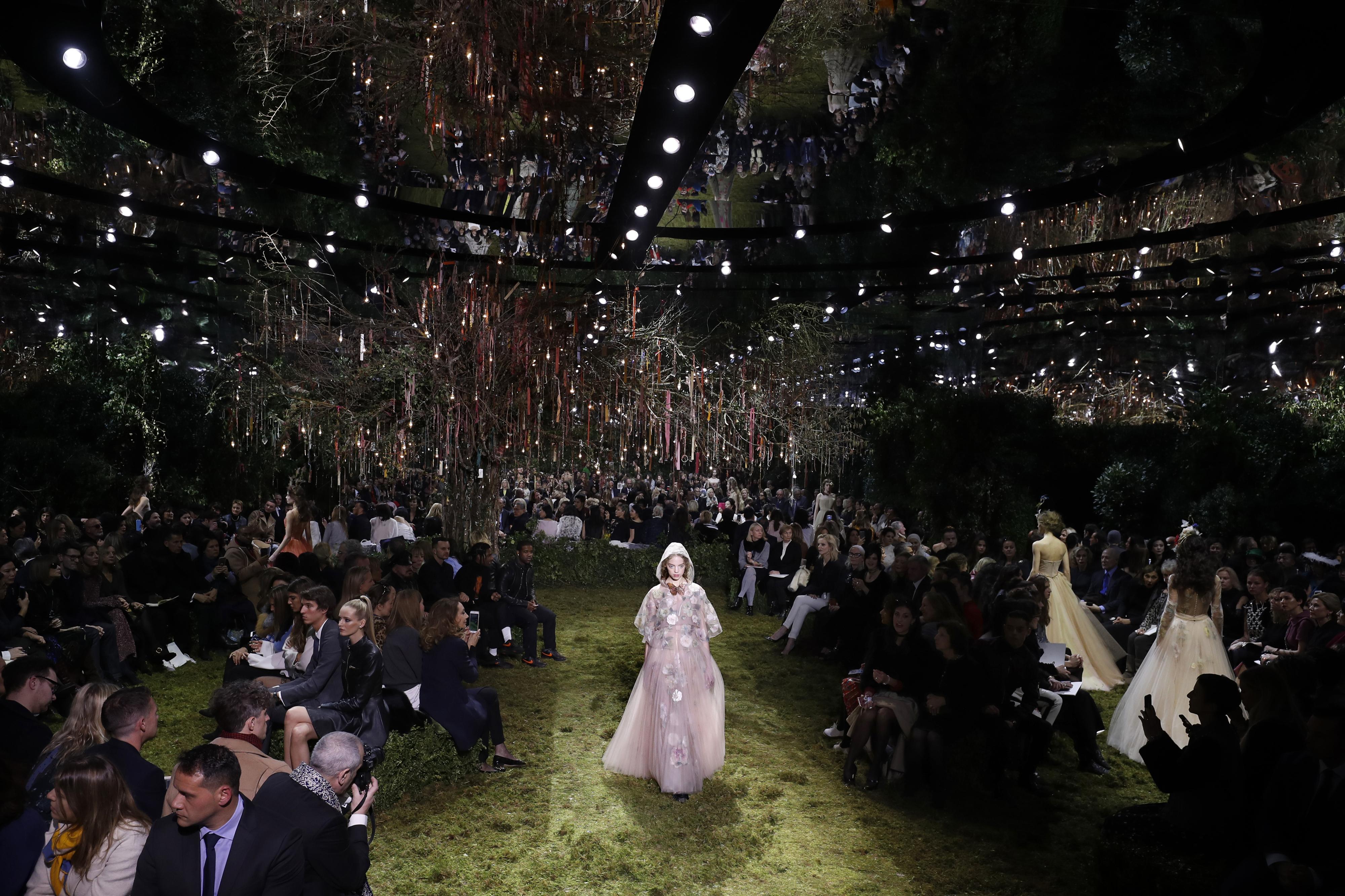 Dior apresenta desfile de conto de fadas na Semana de Alta Costura de Paris