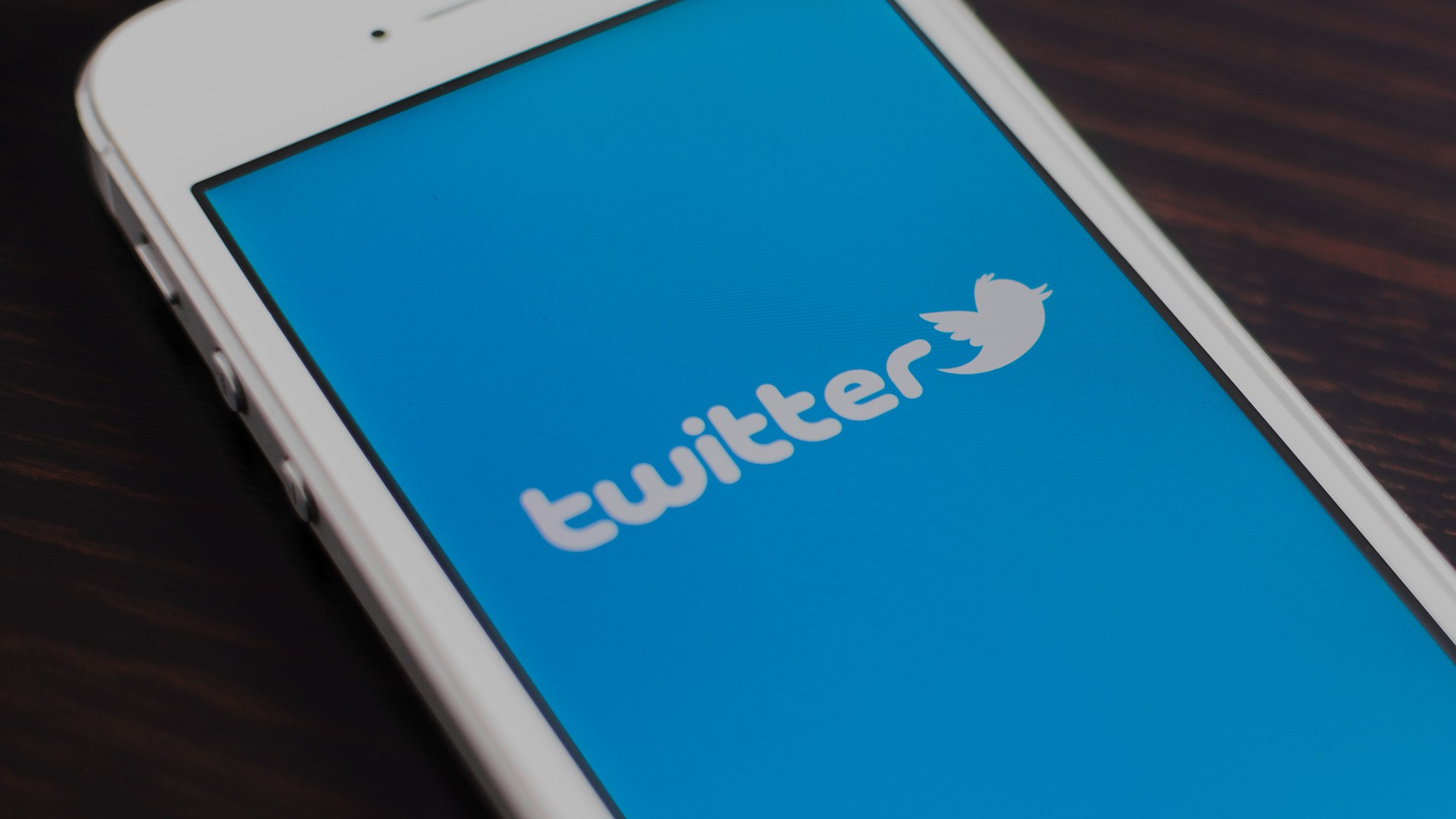 """Twitter em tons mais escuros para não """"incomodar"""" utilizadores do iOS à noite"""
