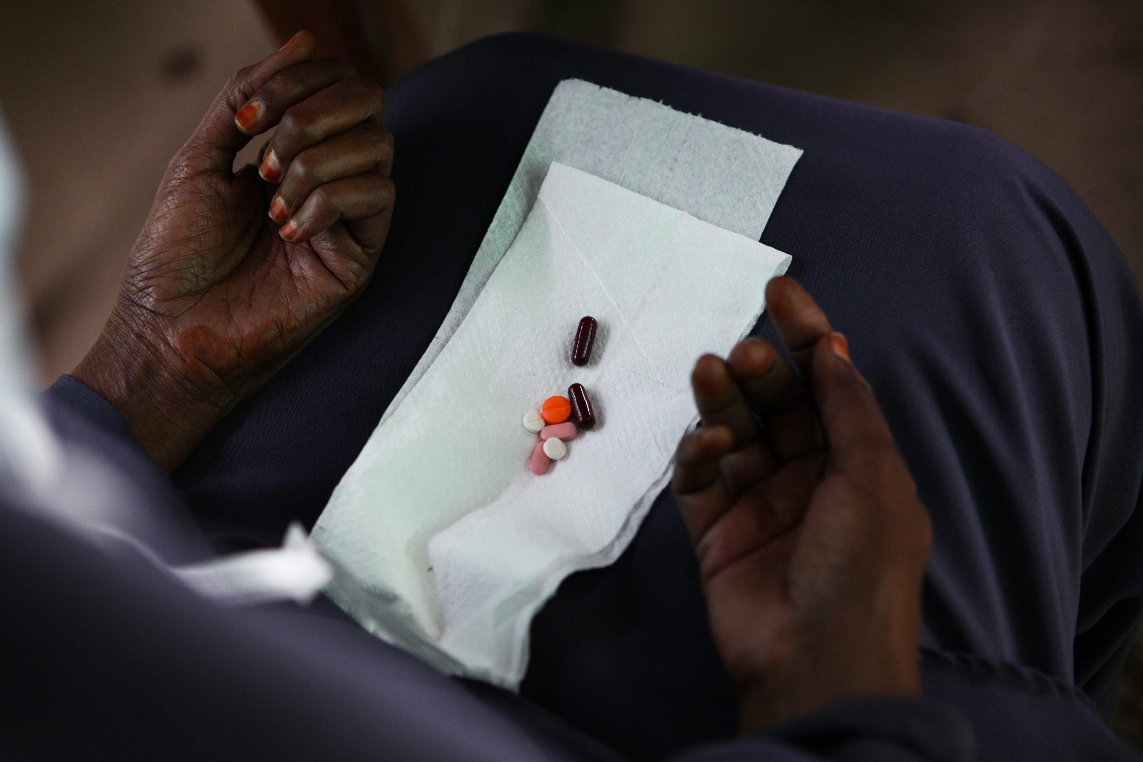 Metade dos seropositivos em Angola abandona tratamento antirretroviral, segundo o Governo