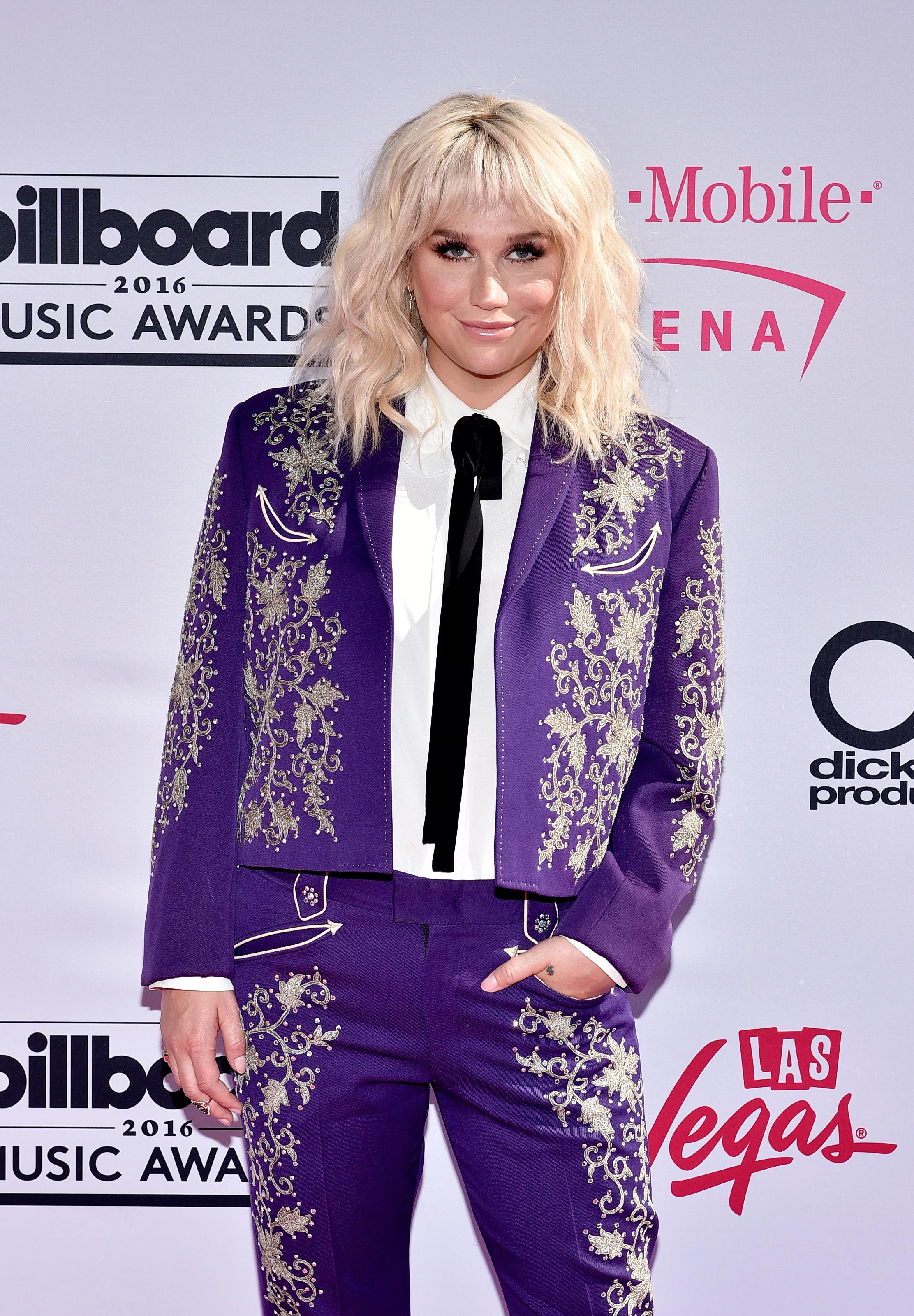 Kesha tentou suicidar-se devido a pressão de Dr. Luke