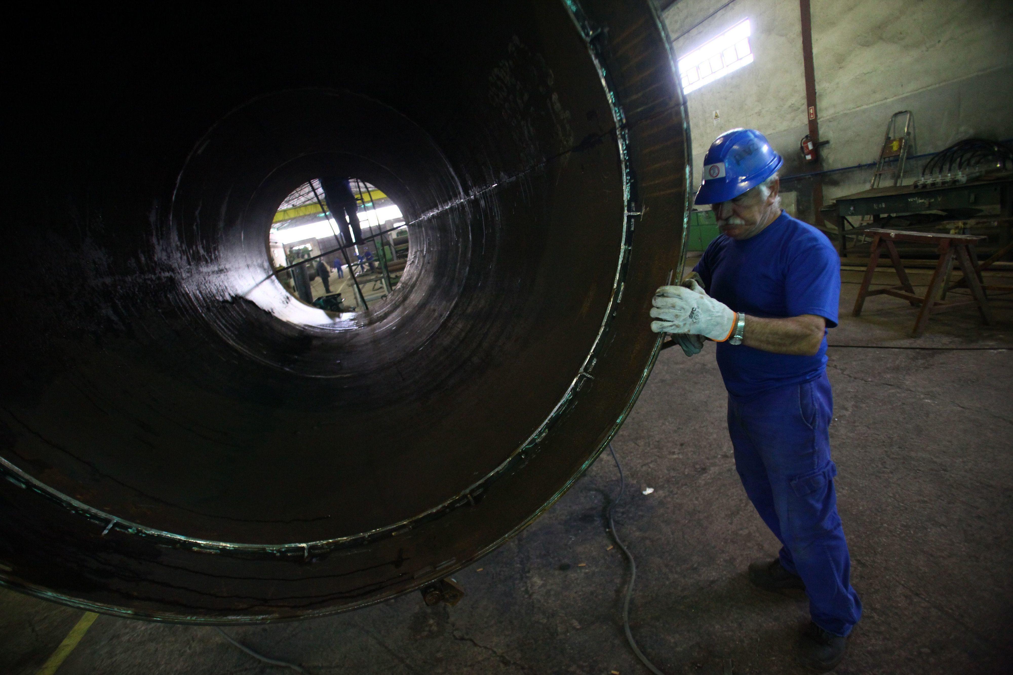 Produção industrial recua em outubro na zona euro, Portugal com maior subida mensal