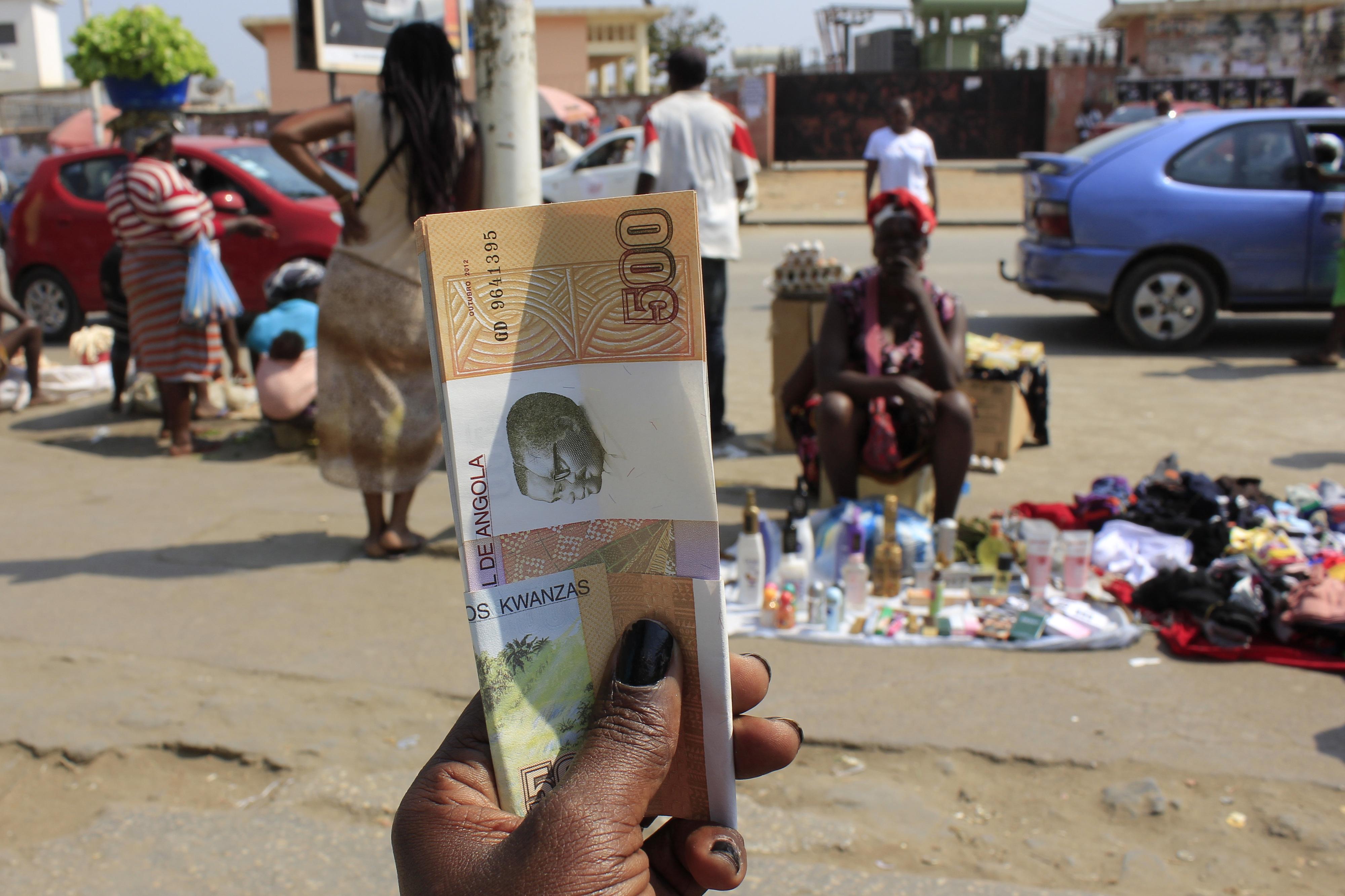 Moeda angolana recupera ligeiramente face ao euro e mantém mínimos frente ao dólar