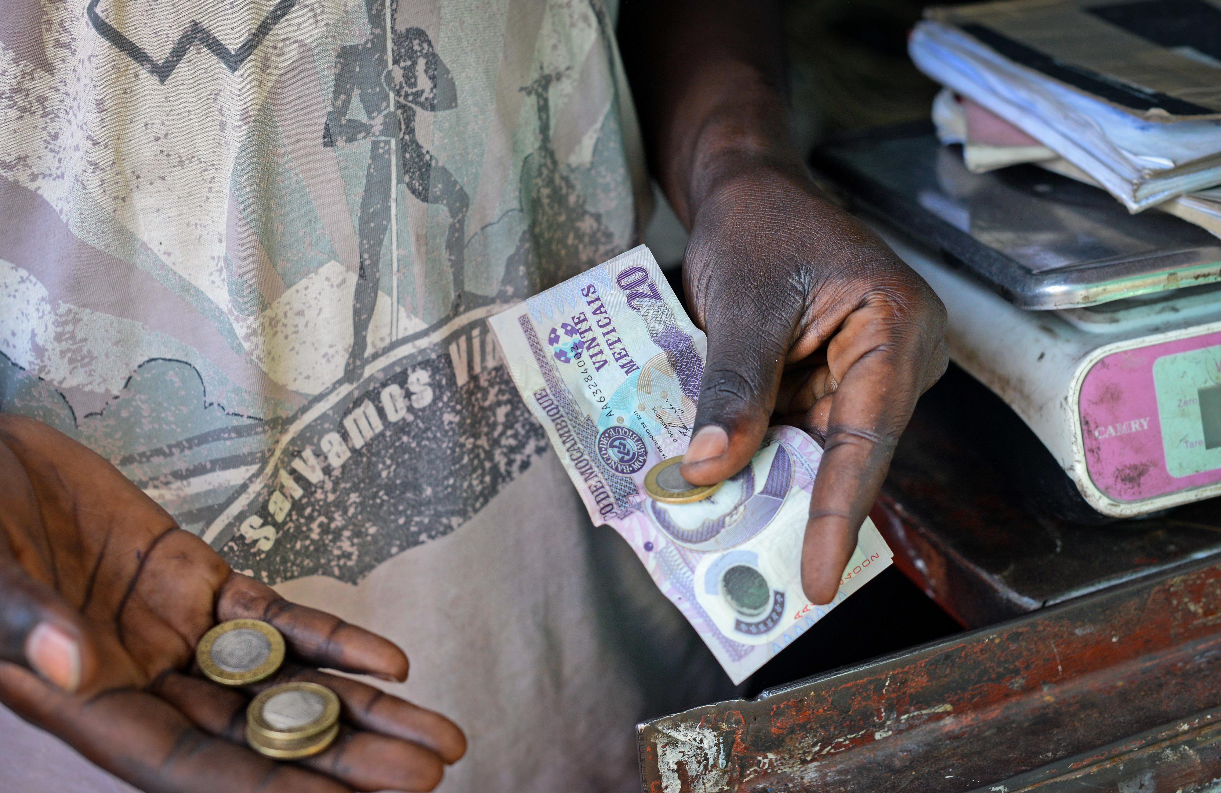 Moeda moçambicana valoriza-se e mantém euro em mínimos dos últimos 12 meses