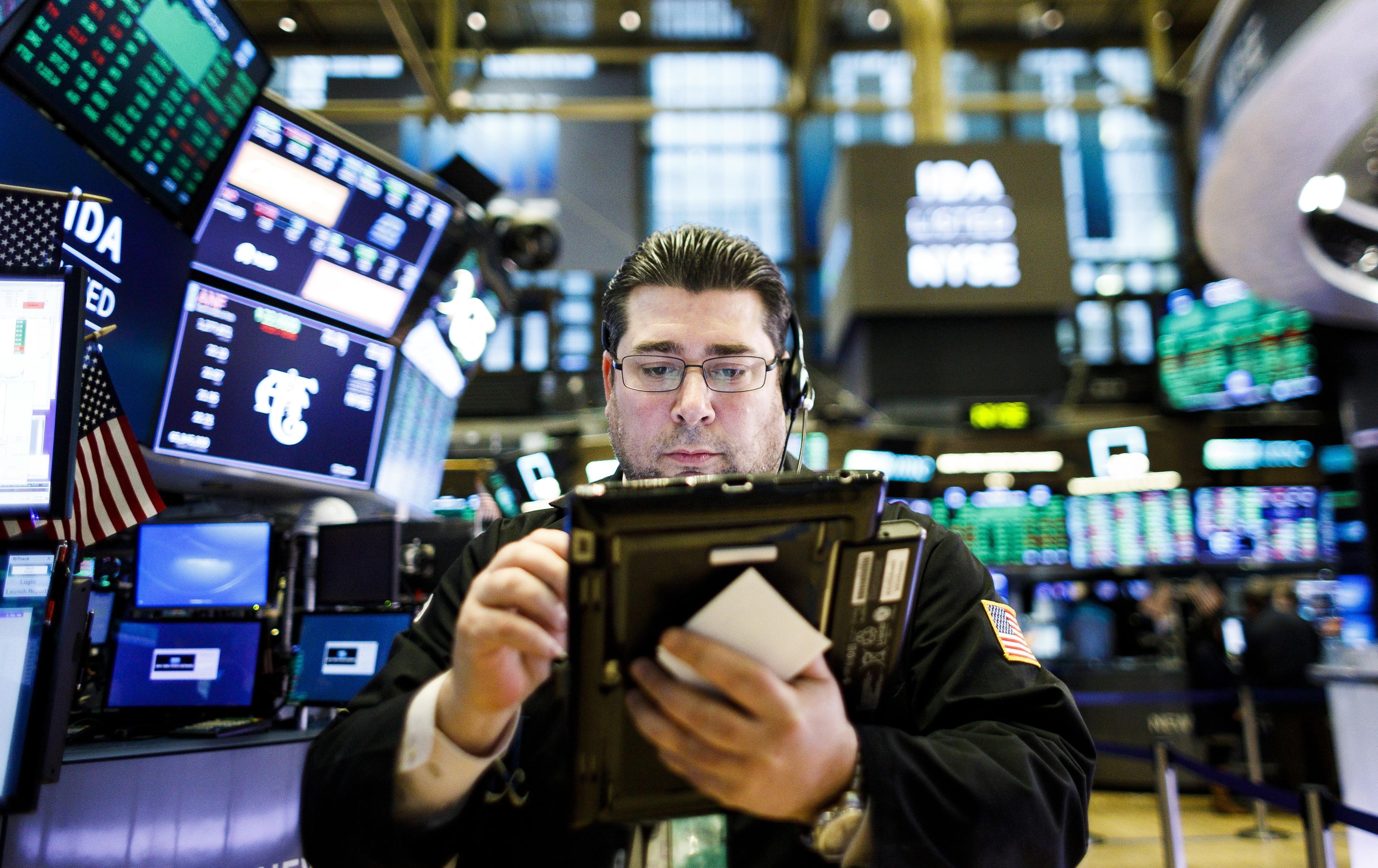 Wall Street fecha em alta com perspetivas de estimulos e desanuviamento EUA-China