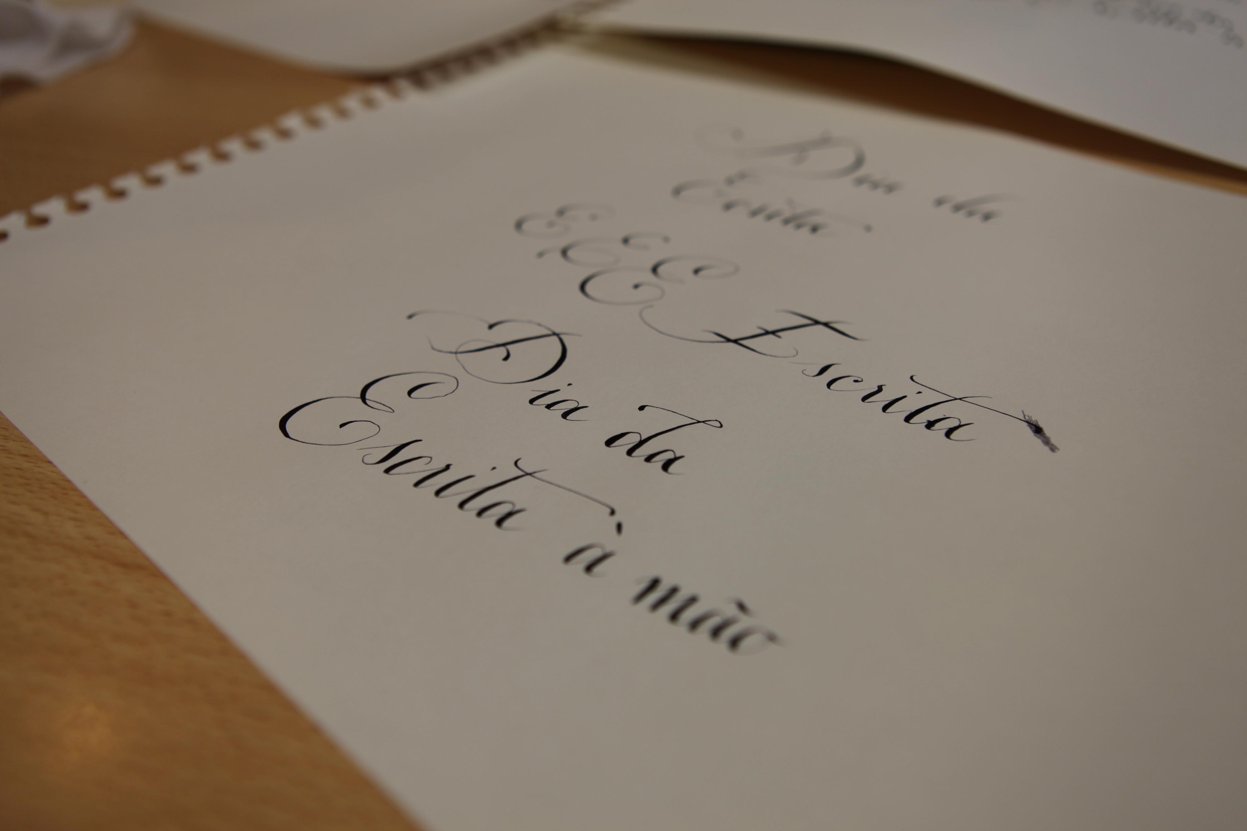 Hoje é dia de pegar no papel e na caneta e escrever a alguém