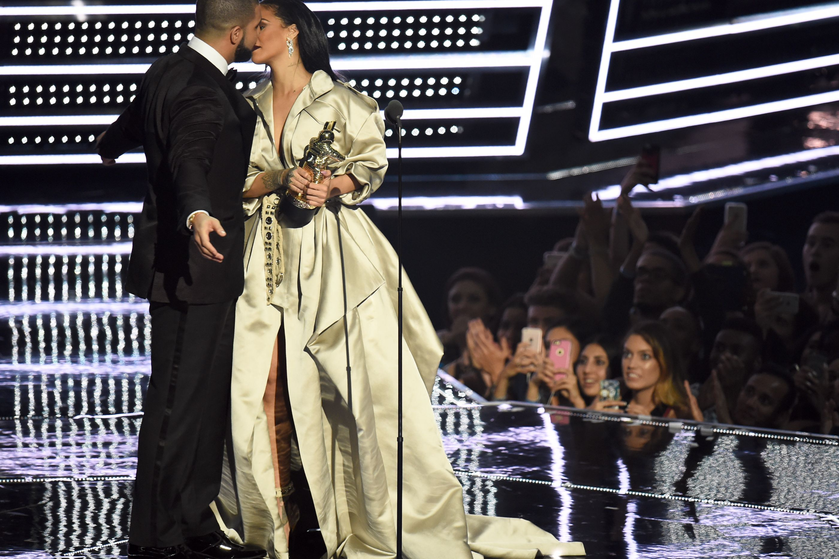 """Drake declara-se a Rihanna: """"Estou apaixonado por ela desde os 22 anos"""""""