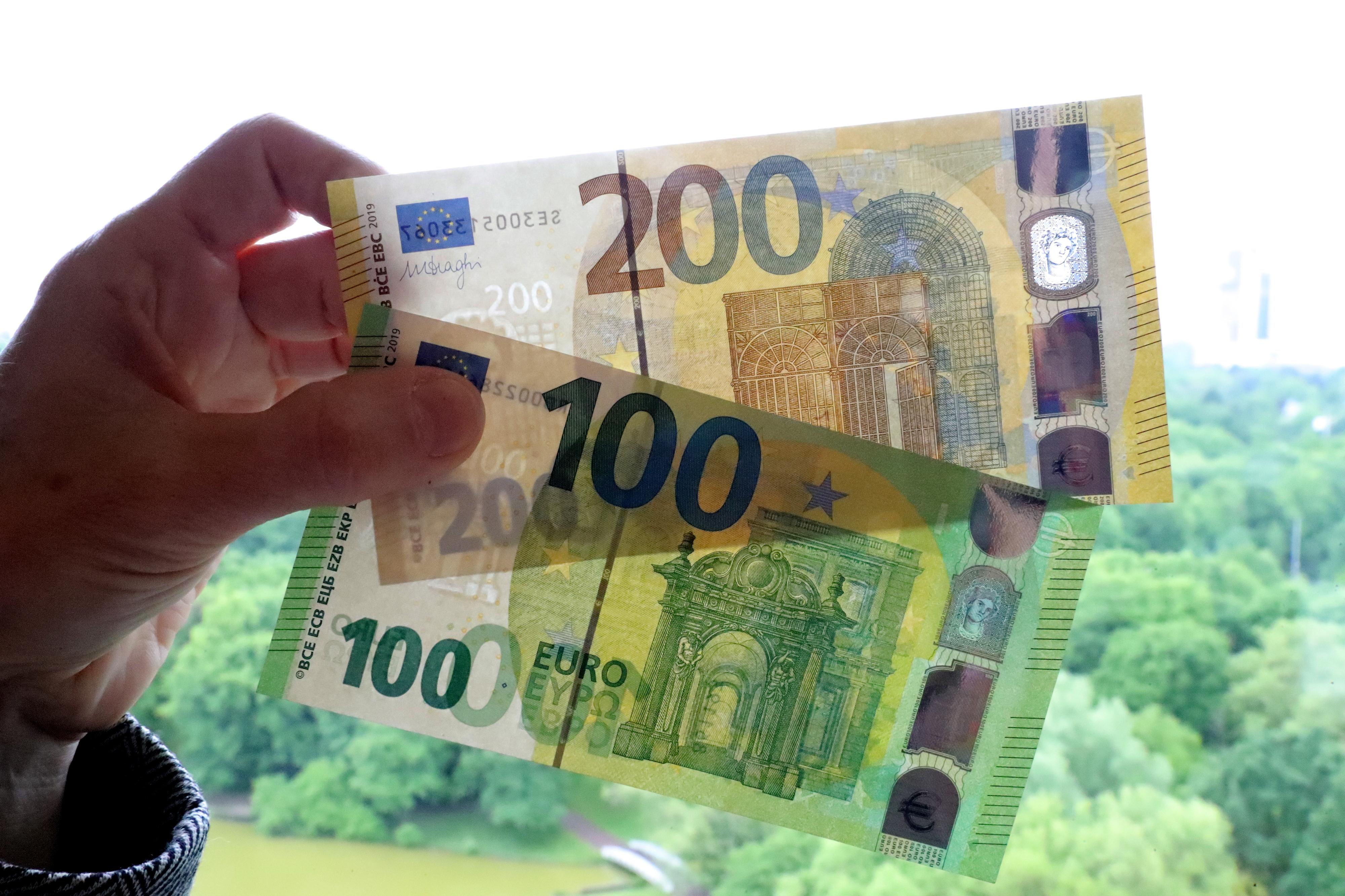 Novas notas de 100 e 200 euros entram em circulação na terça-feira e completam série Europa
