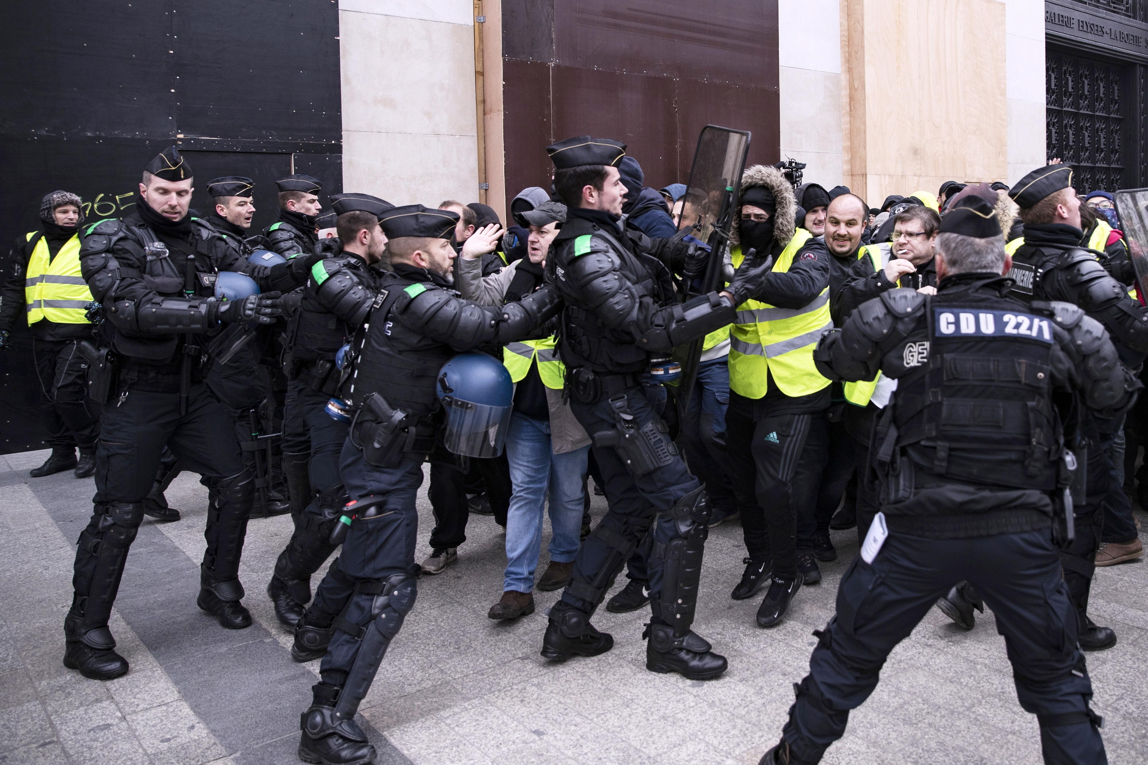 Mais de 150 detidos e cinco vítimas na manifestação dos coletes amarelos
