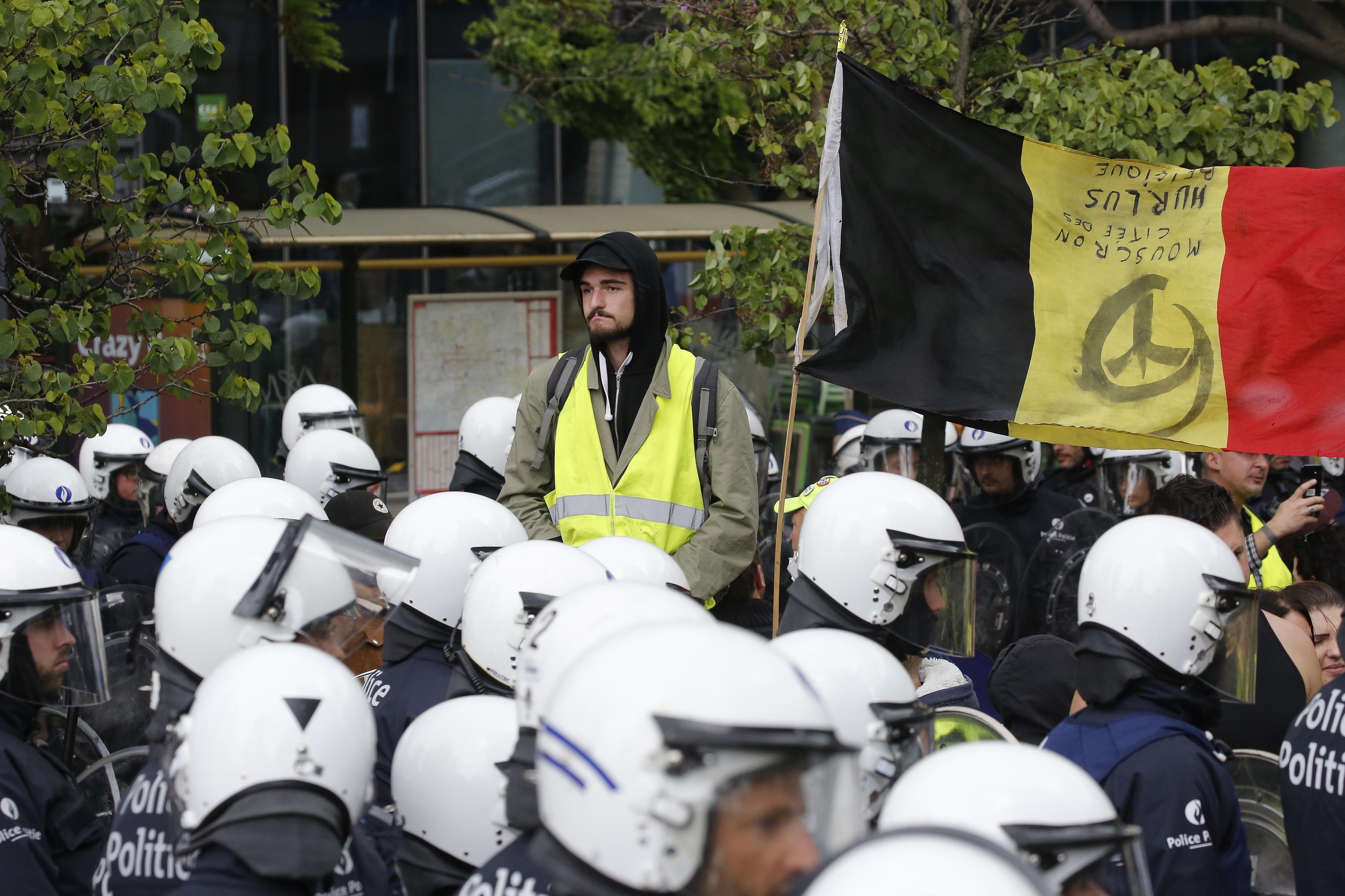 Centenas de 'coletes amarelos' manifestam-se em Bruxelas e causam estragos