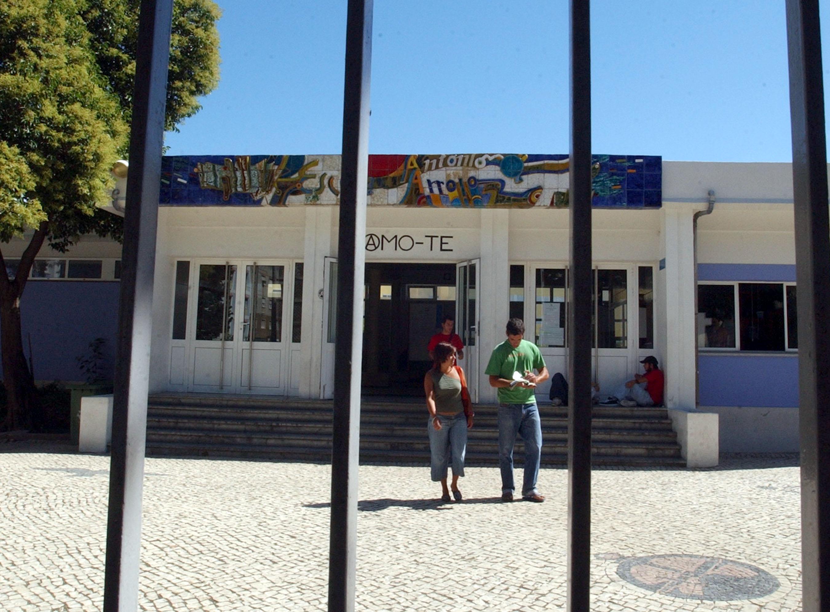 Trabalhadores não docentes e alunos da António Arroio protestam junto ao Ministério