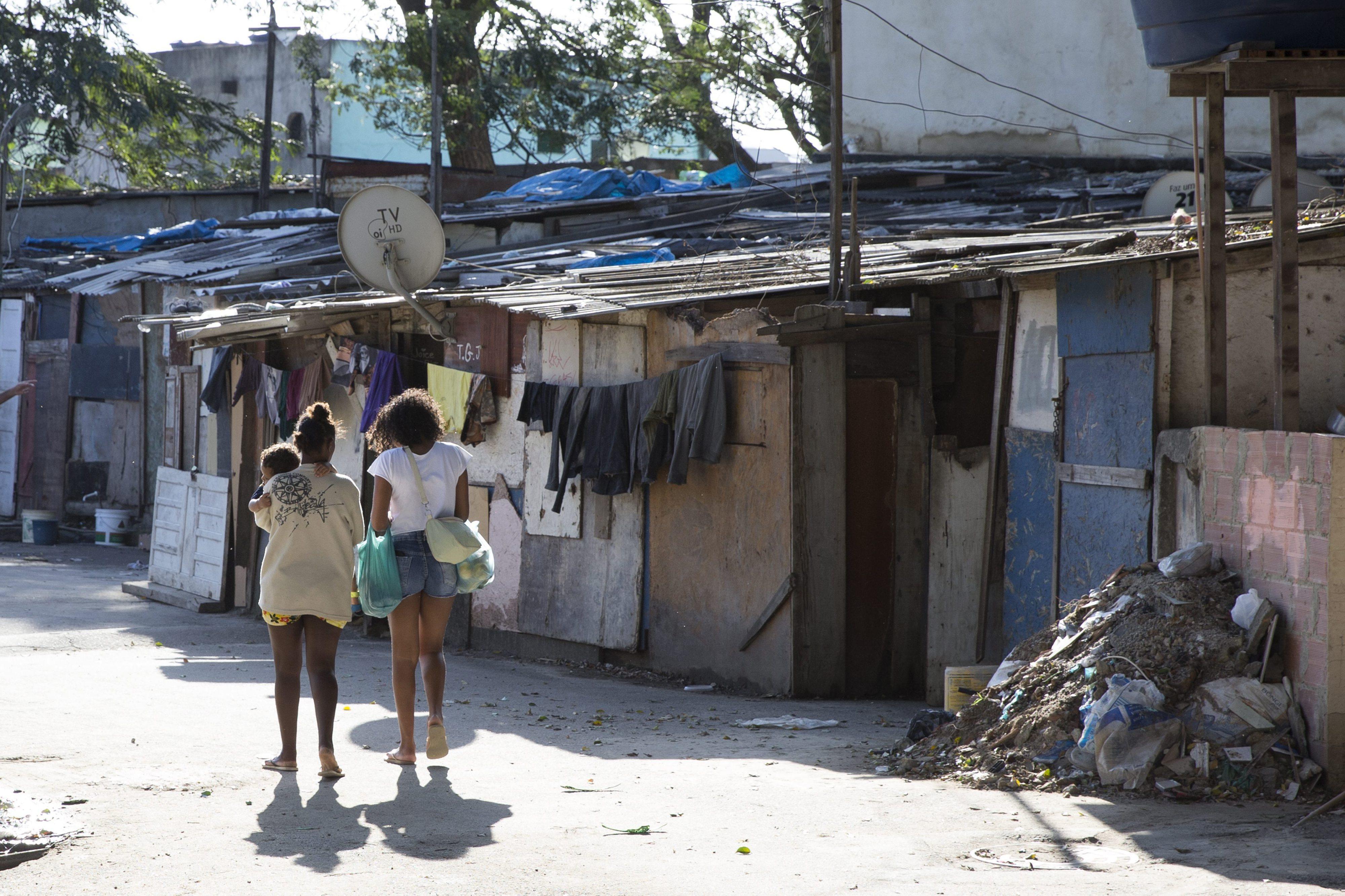 Um quarto da população brasileira viveu em 2016 abaixo da linha da pobreza