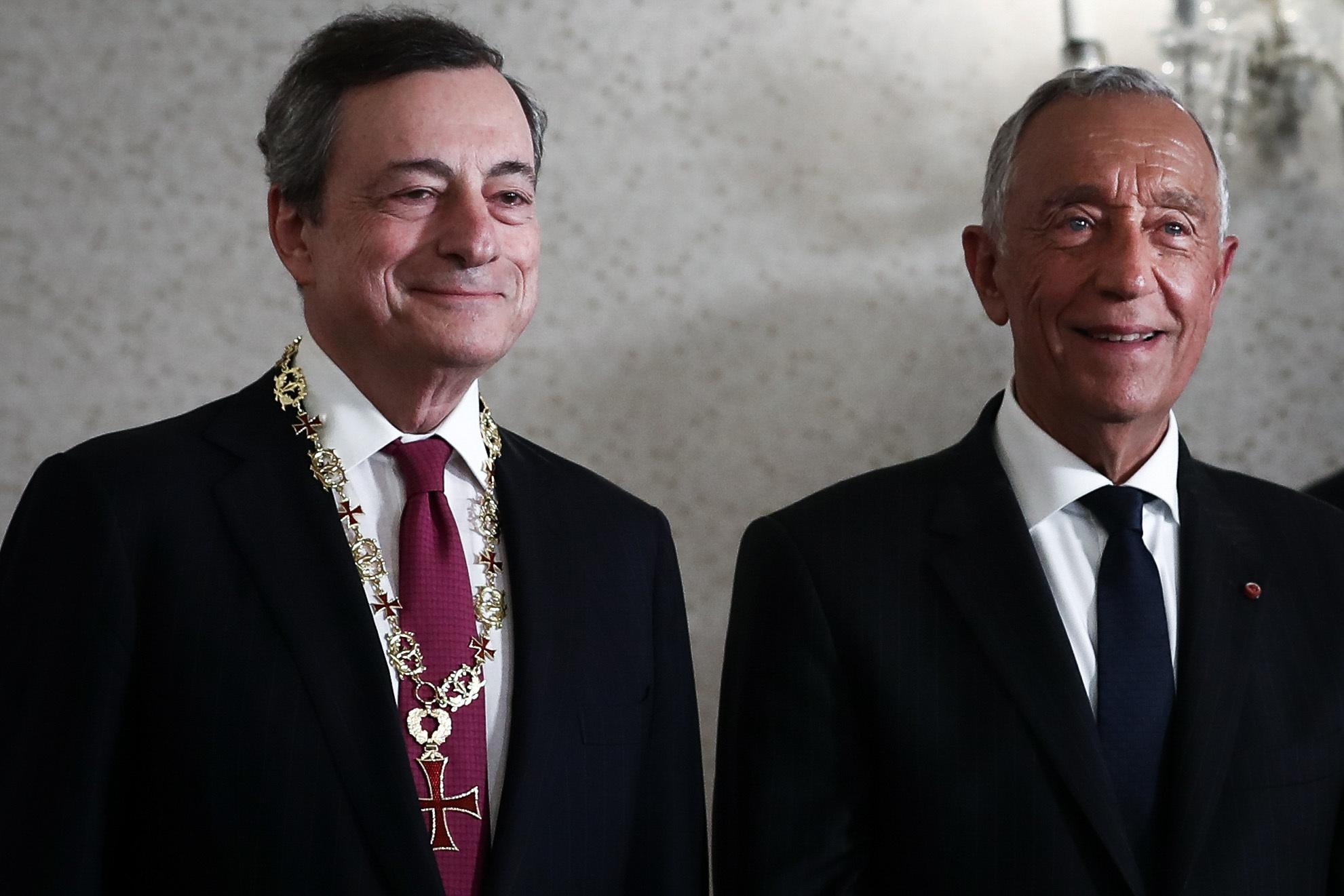 """Marcelo condecora Mario Draghi em reconhecimento pelo """"excelente"""" mandato no BCE"""