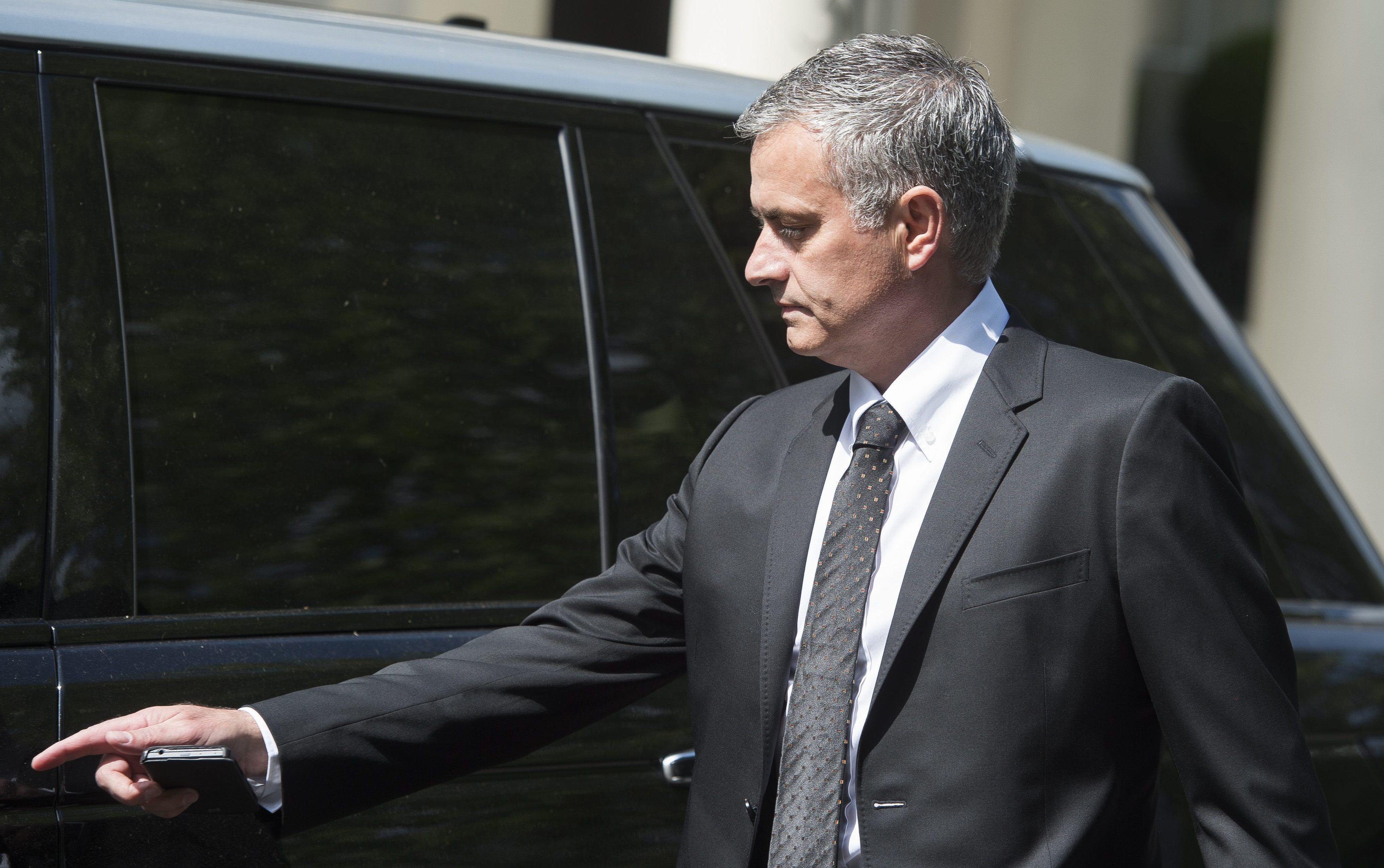 José Mourinho regressa a Inglaterra cinco meses depois, 'via Manchester'