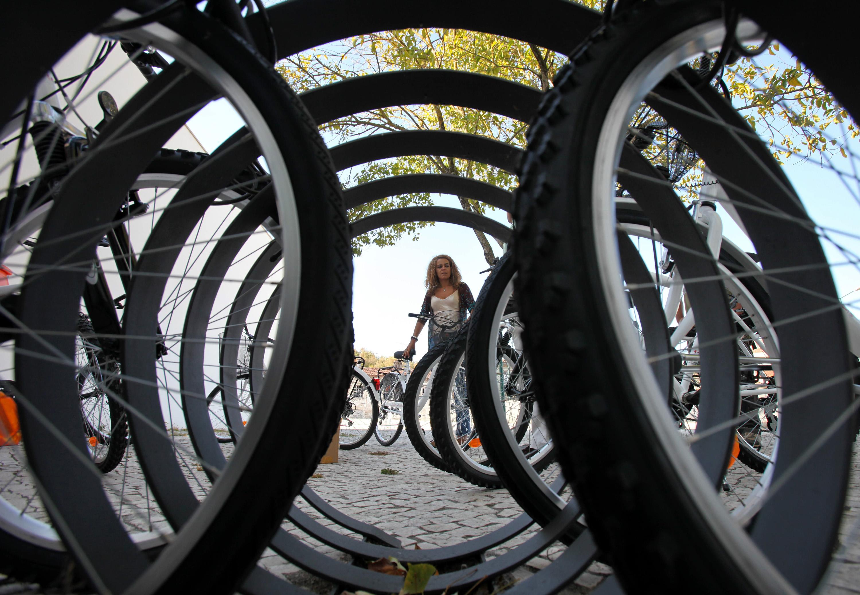 Bicicletas ou lâmpadas são mais eficientes a reduzir CO2 que grandes projetos - estudo