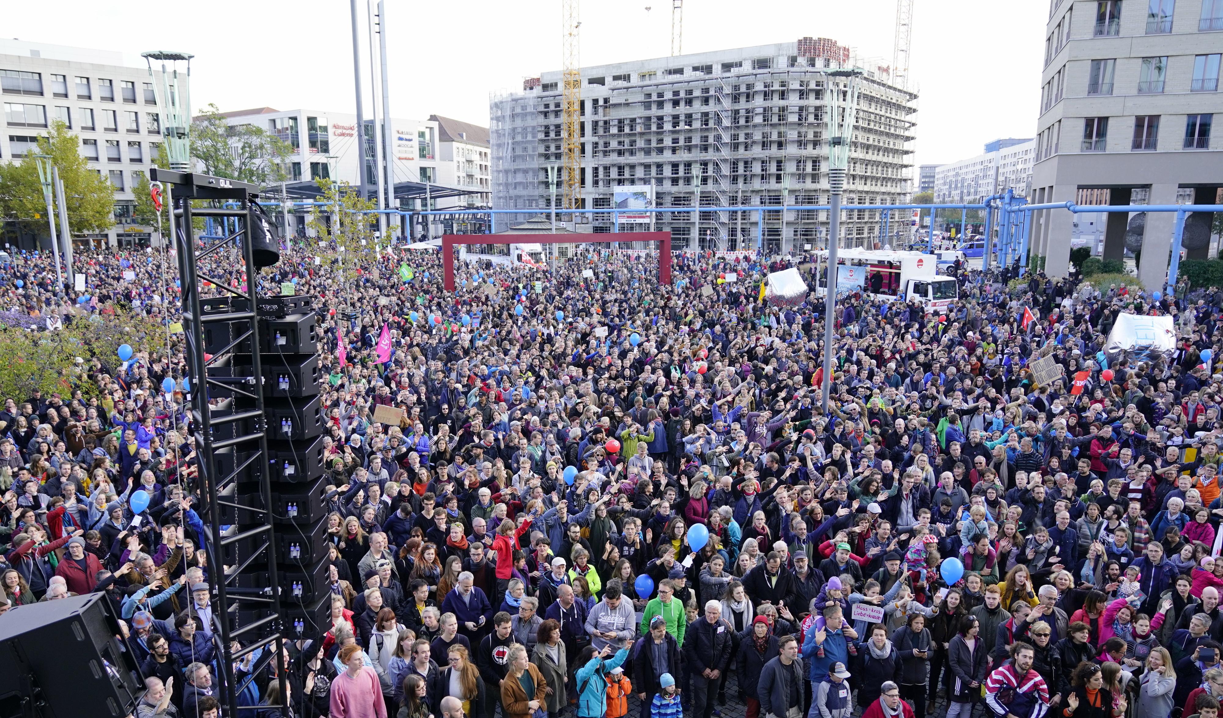 Cerca de dez mil pessoas em Dresden na marcha contra o ódio