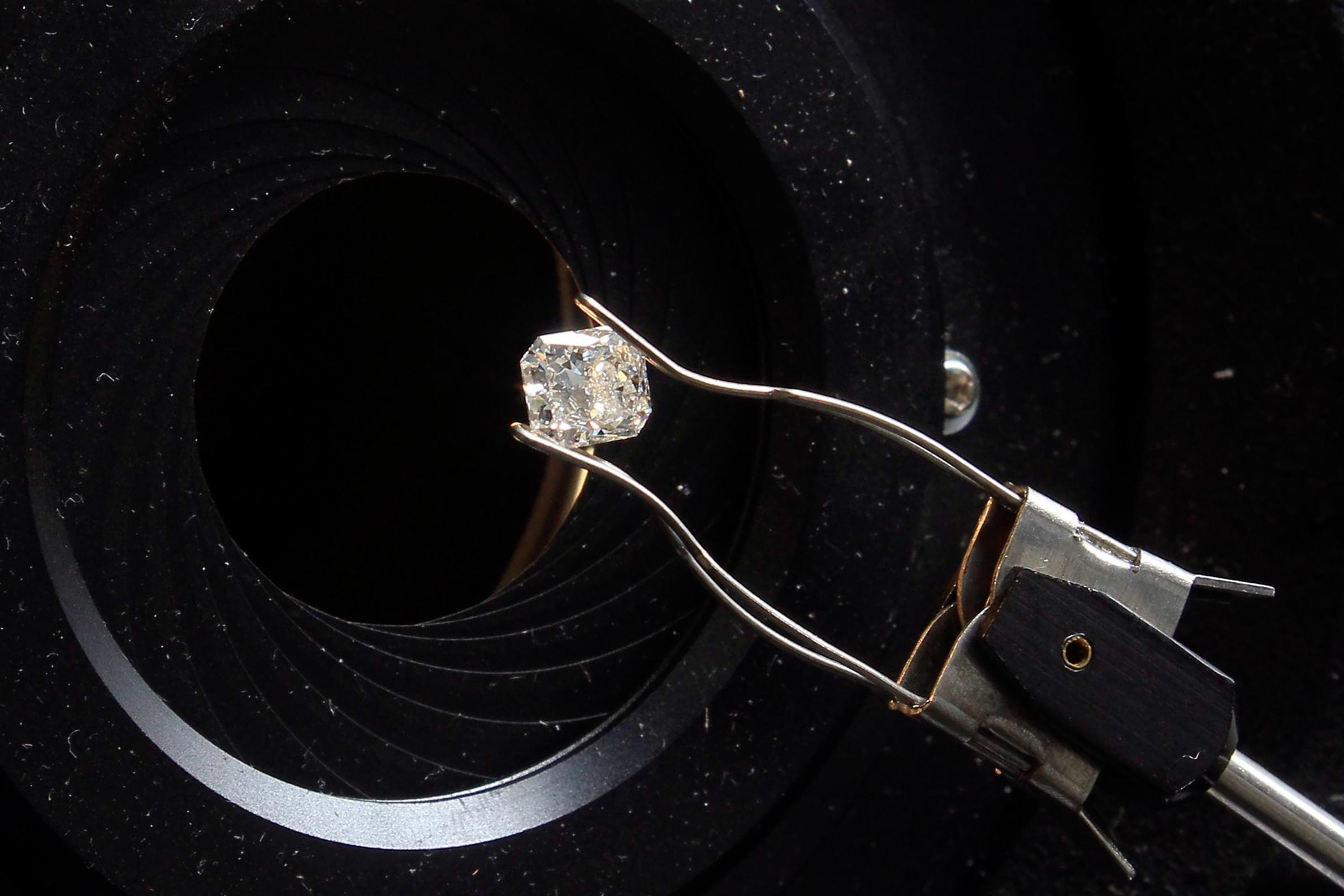 Governo angolano prolonga concurso para concessões de diamantes, ferros e fosfatos