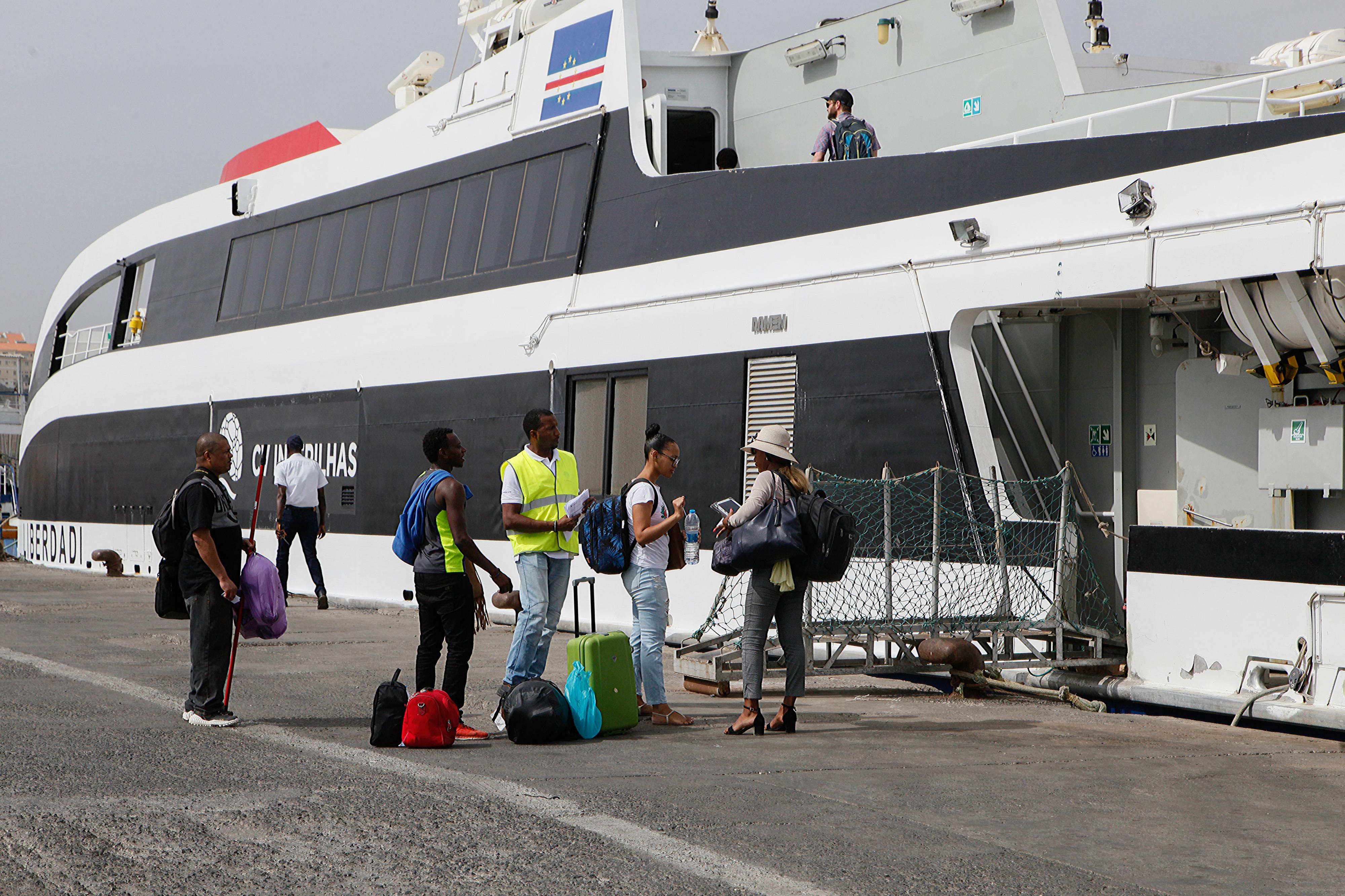 Cabo Verde prevê transporte marítimo como alternativa às ligações aéreas -- Ministro