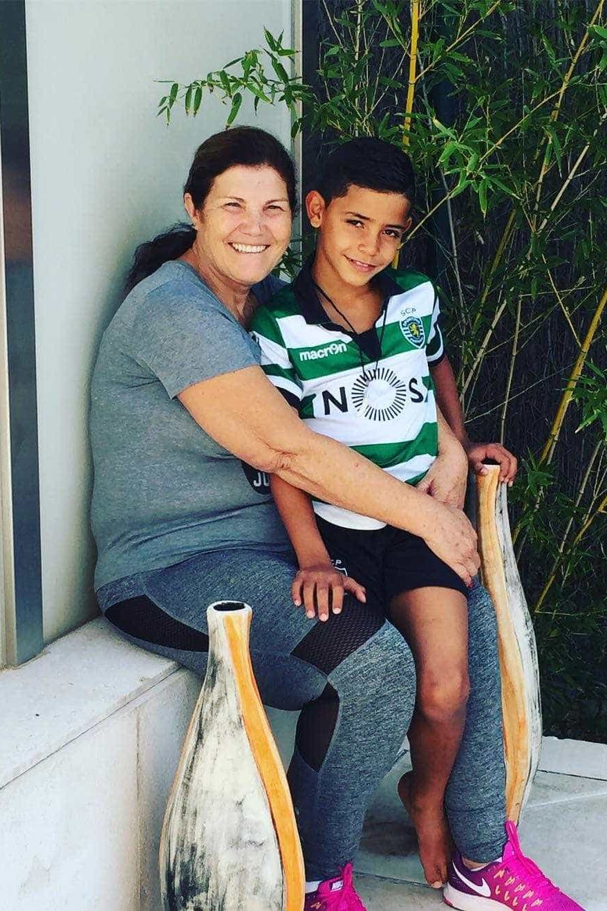 Dolores apoia os seus clubes de eleição com o neto vestido à Sporting
