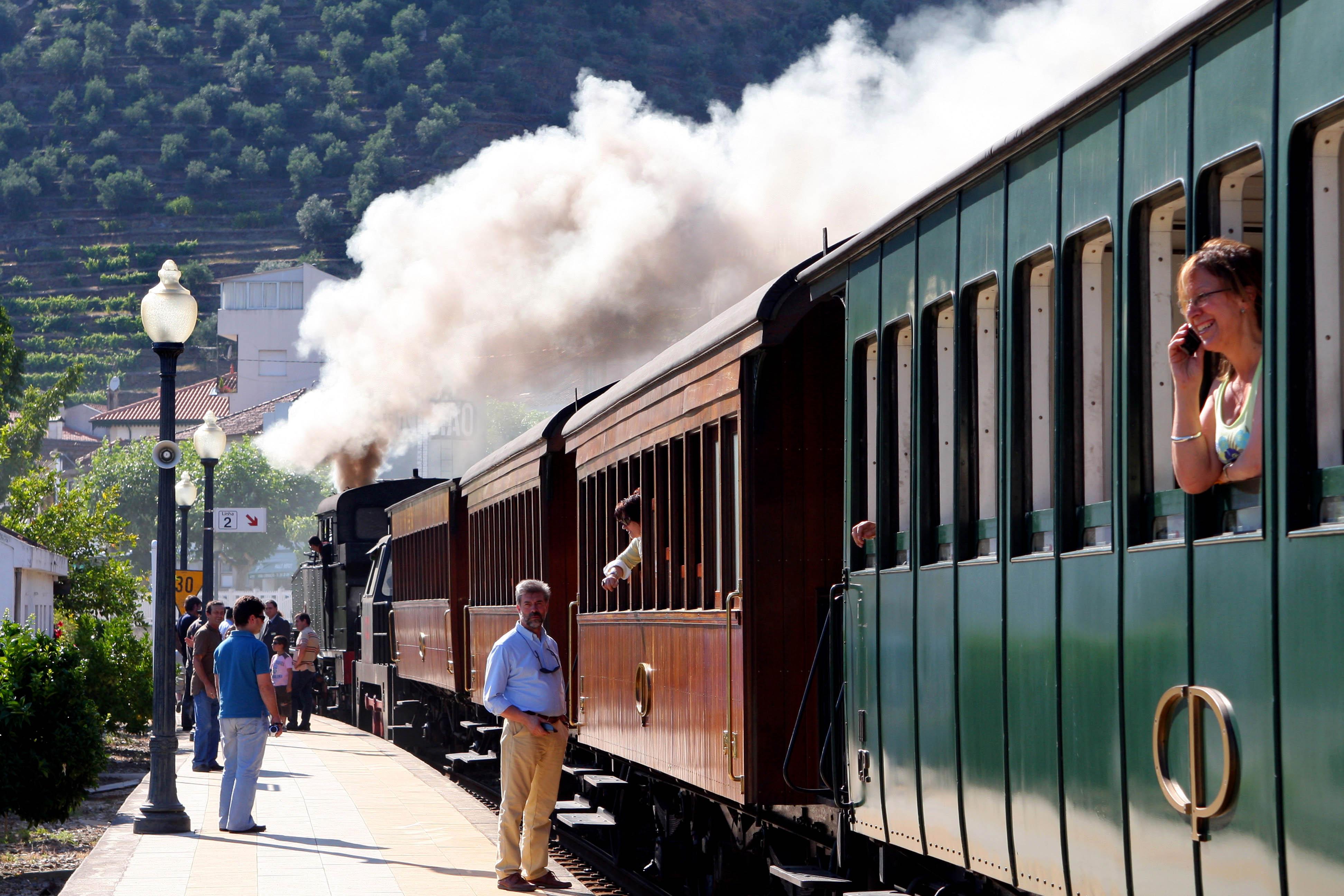 Comboio Histórico do Douro chega segunda a S. Bento no Porto