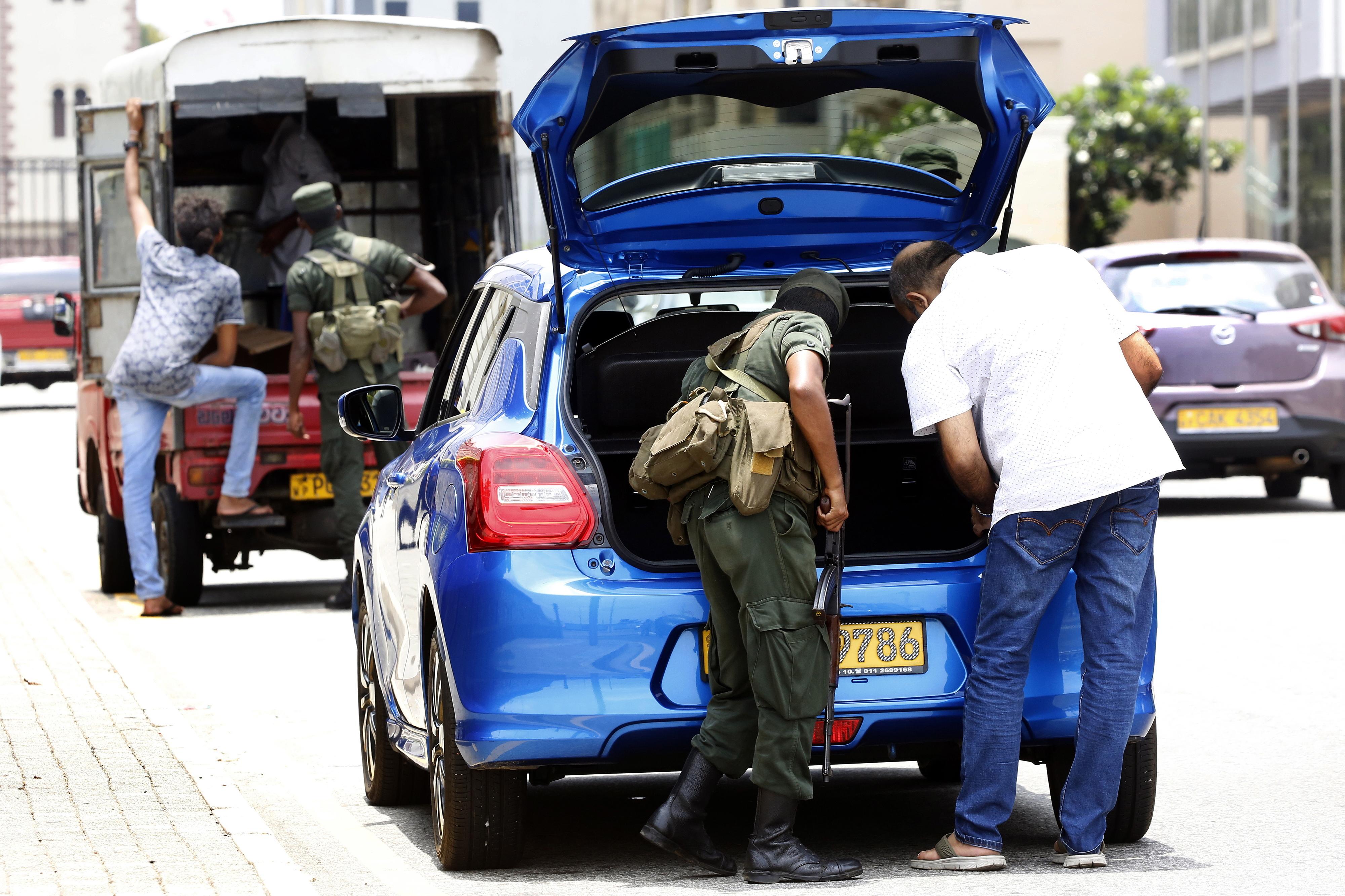 Ex-chefe da Marinha do Sri Lanka anuncia detenção de pai de dois homens-bomba