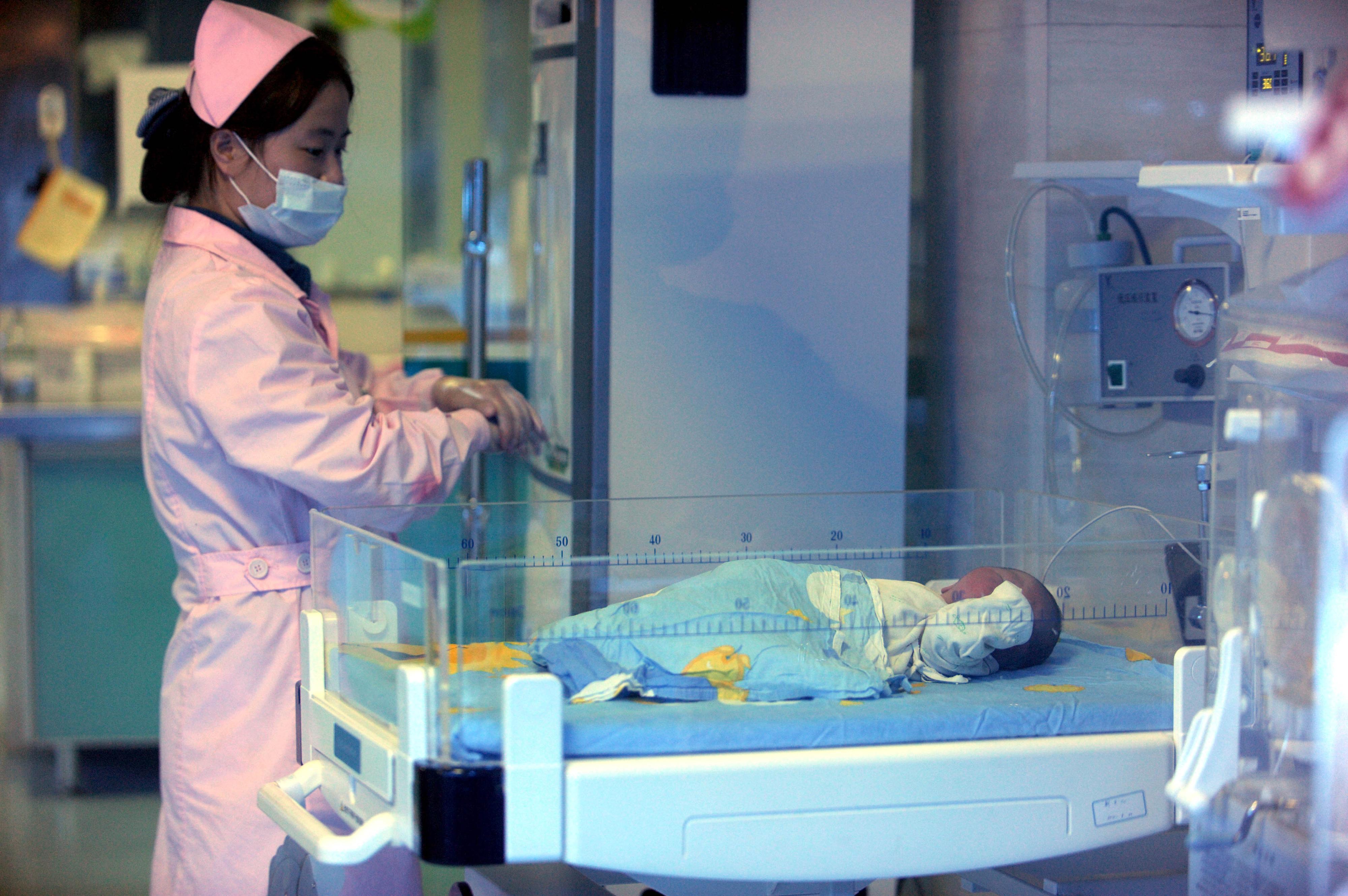 Bebé sobrevive a 15 horas fechado num frigorífico da morgue