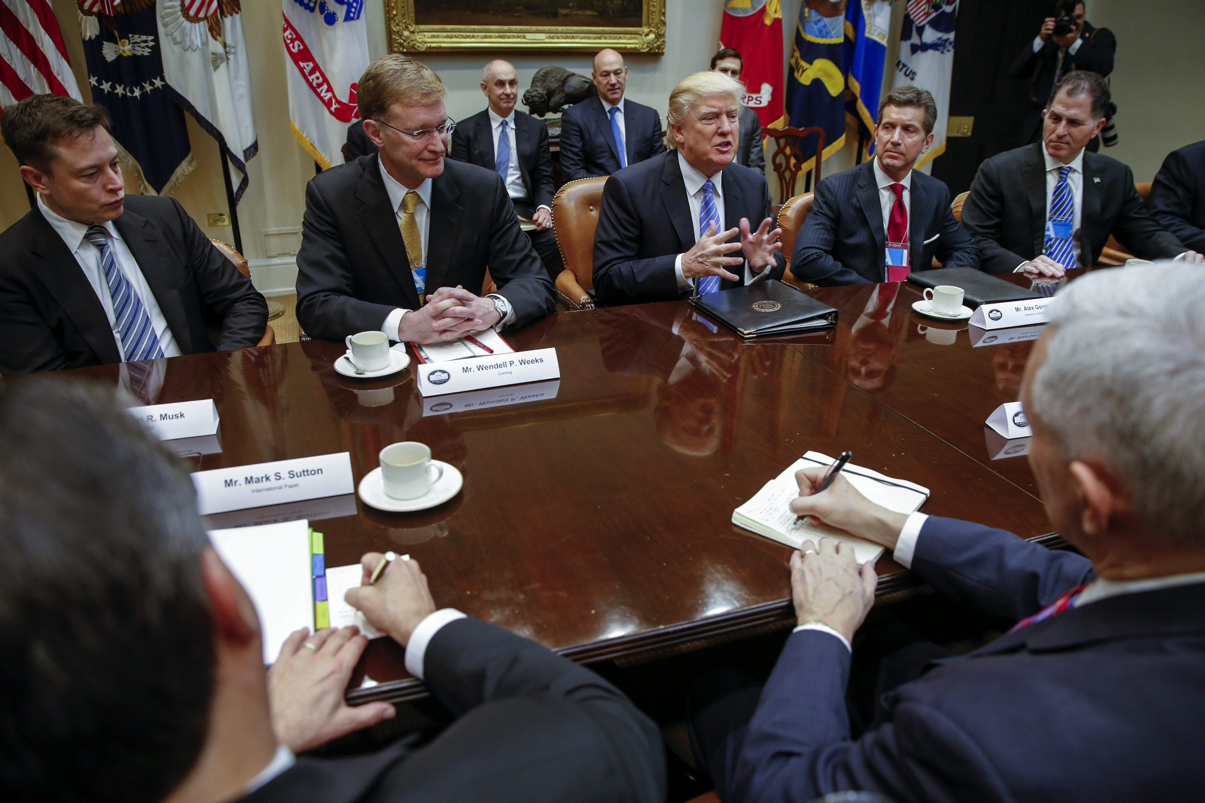 Trump promete a empresários suprimir 75% da regulamentação e baixar impostos
