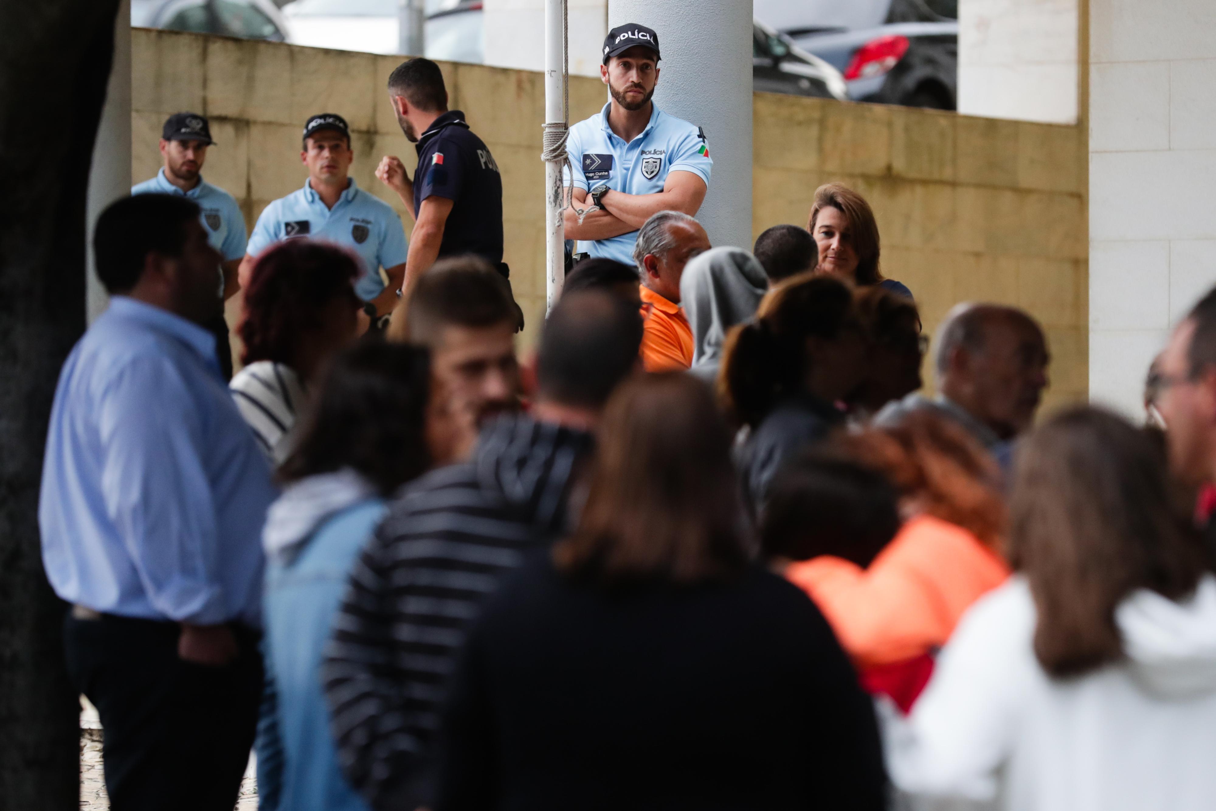 Mais de uma centena de pessoas em concentração em defesa da PSP em Massamá
