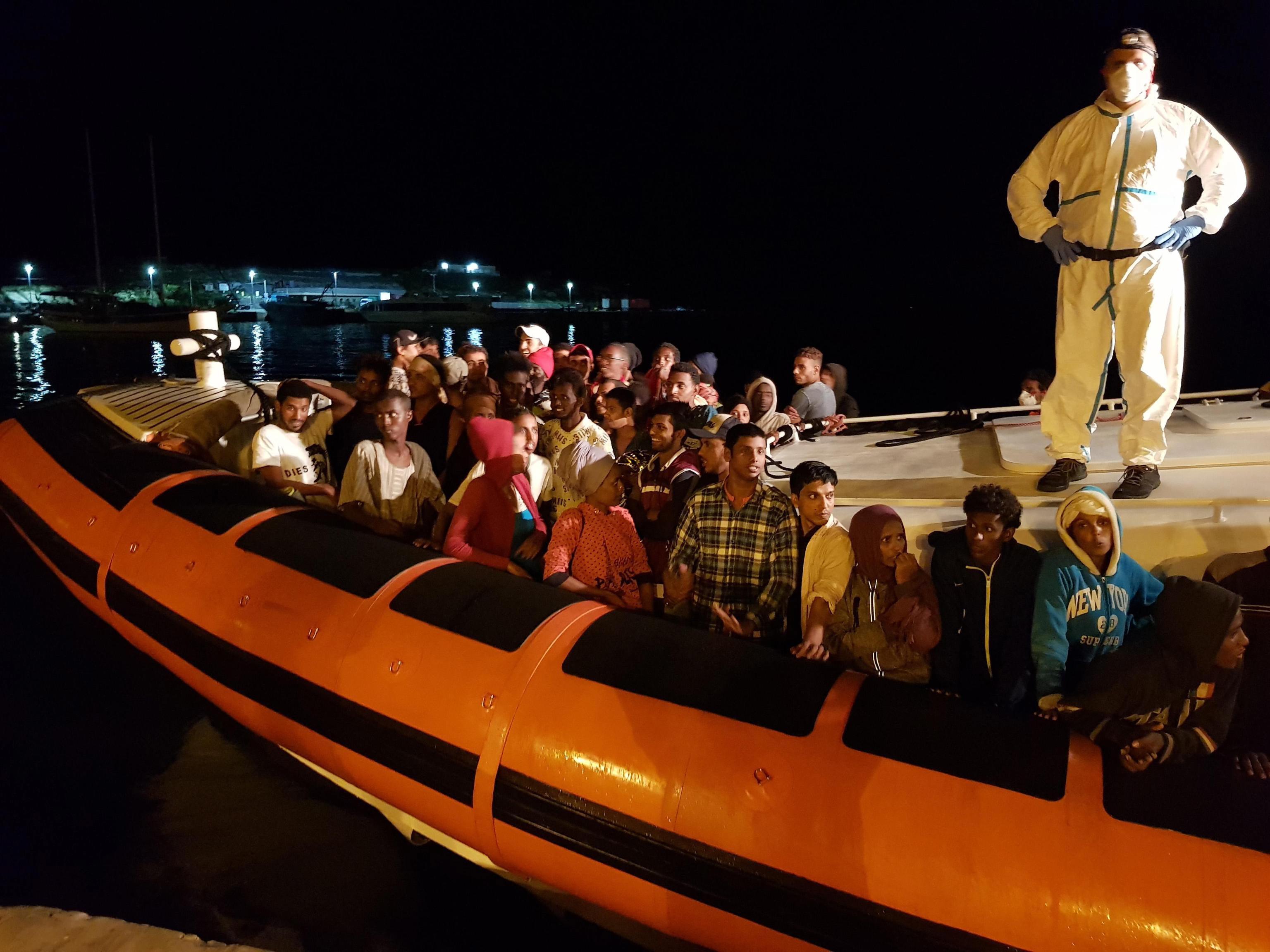 Bruxelas recomenda a Itália que aborde fluxos migratórios com Estados-membros