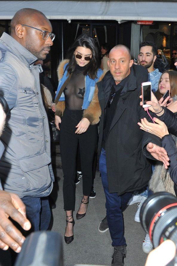 Kendall Jenner dá nas vistas com look transparente (e arrojado)