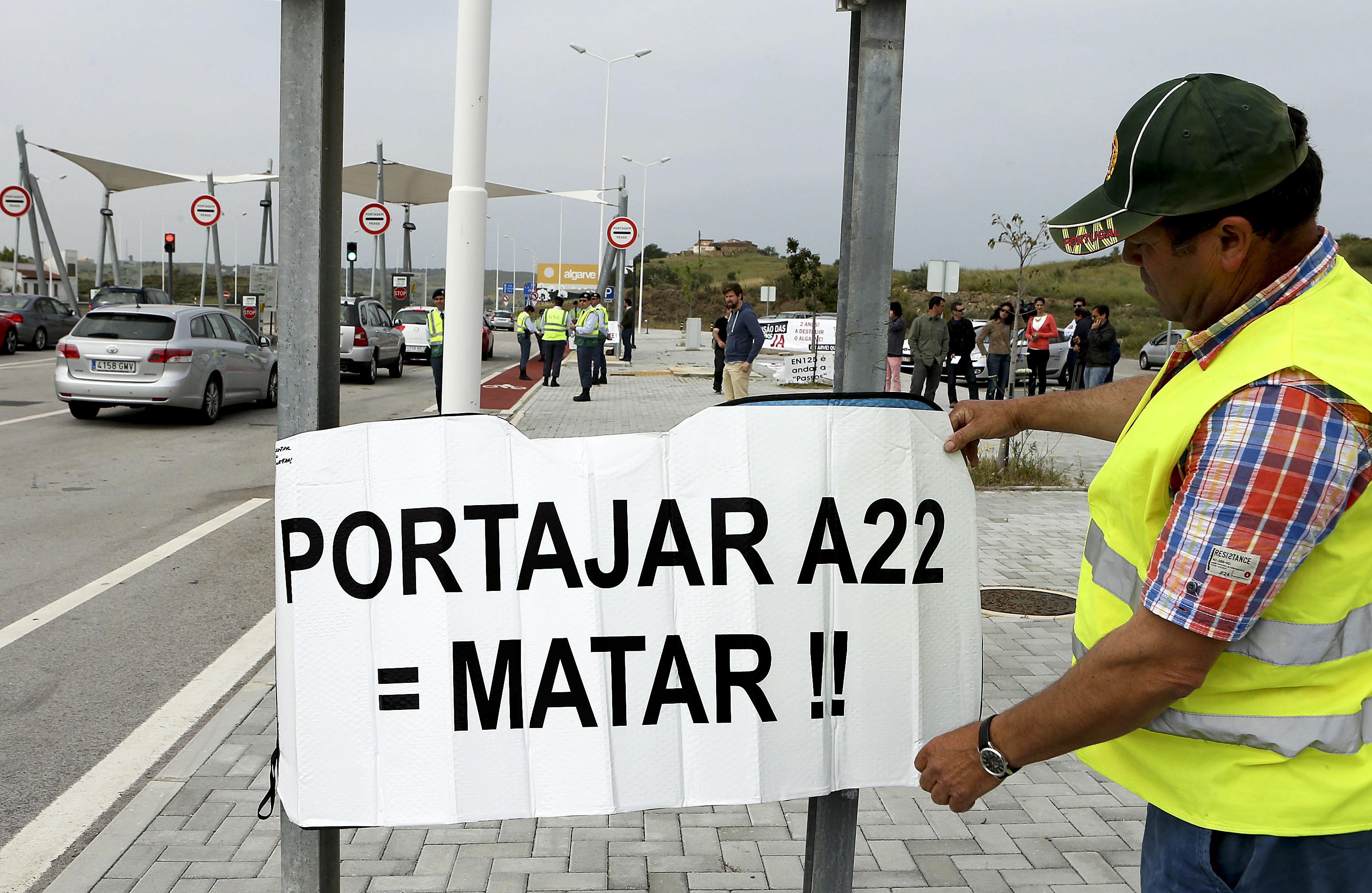 Comissão de Utentes da Via do Infante (A22) protesta contra 8 anos de portagens