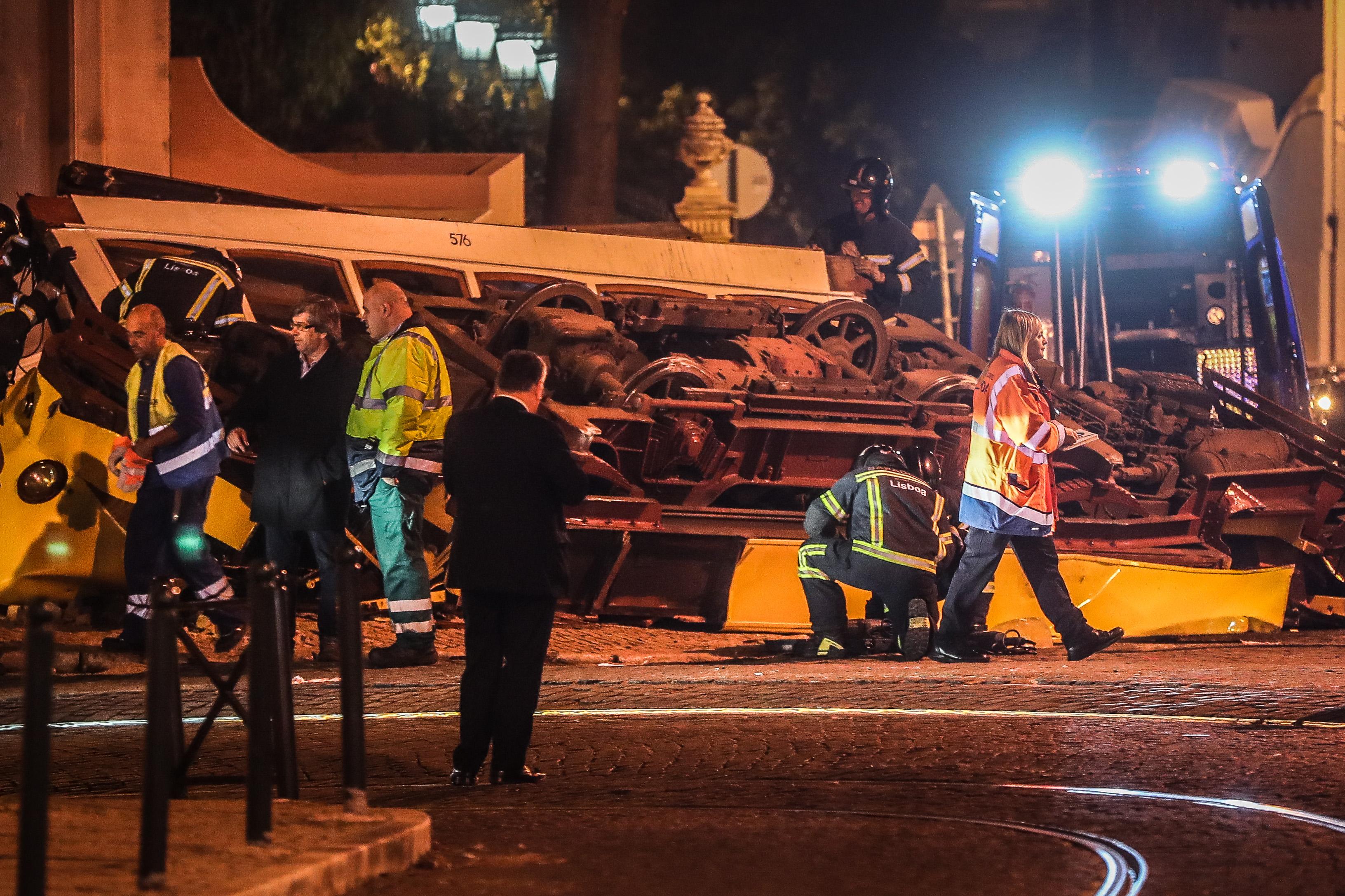 Trabalhos de remoção do elétrico que descarrilou em Lisboa terminaram perto da meia-noite