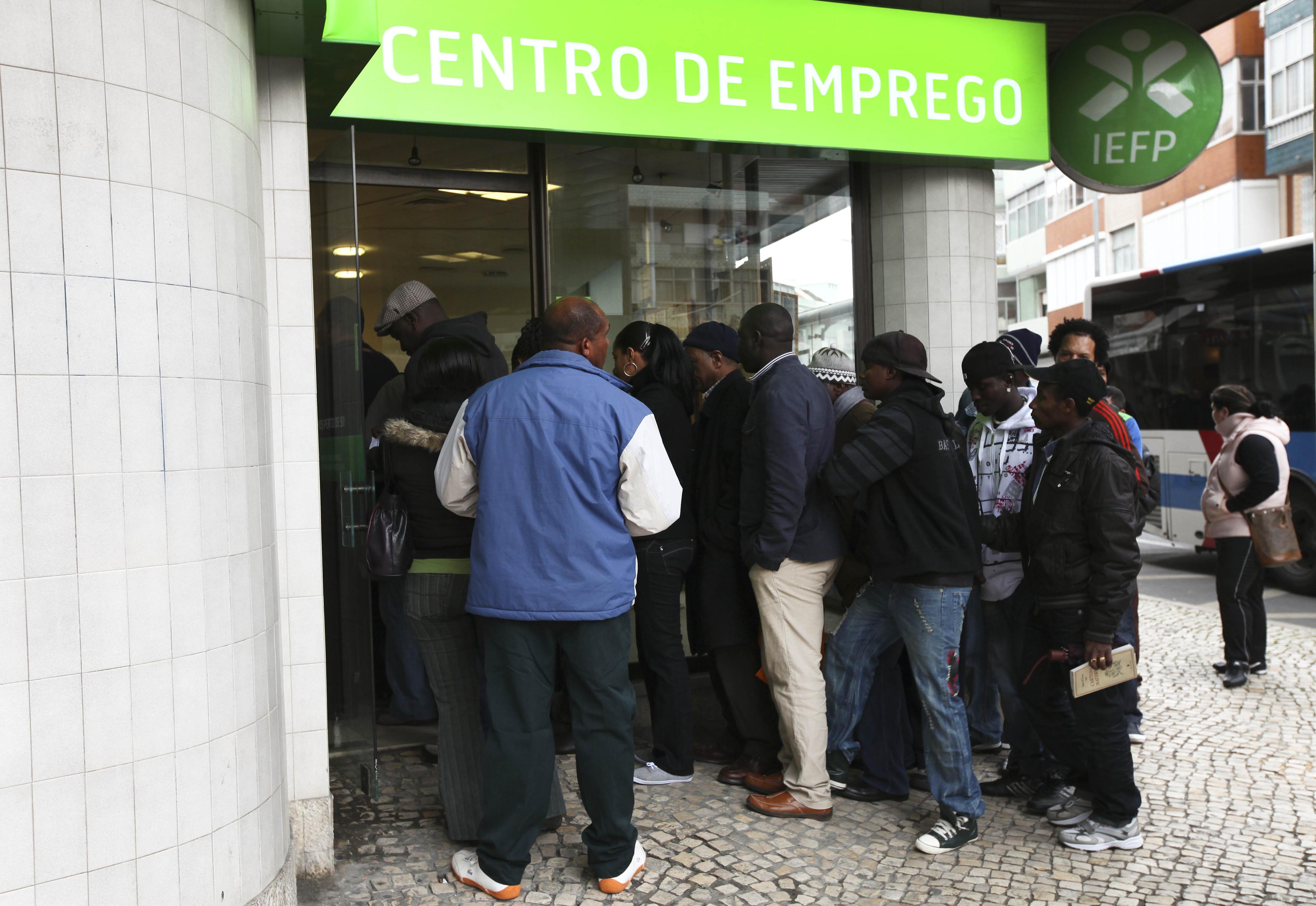 INE revê em baixa desemprego de fevereiro e estima nova descida para 9,8% em março