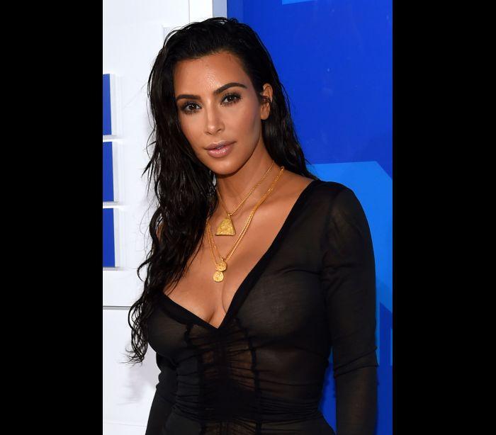 Kim Kardashian surpreende com vestido transparente nos VMA