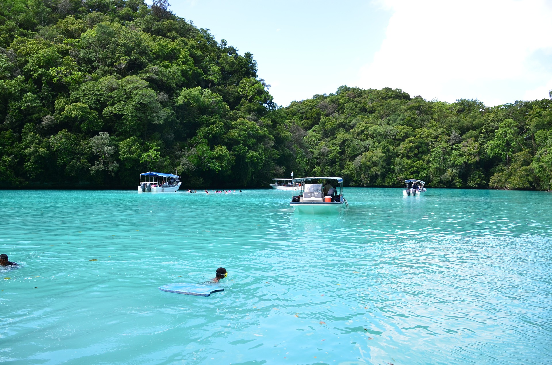"Casal resgatado de ilha deserta do Pacífico graças a sinal de ""SOS"" na areia"