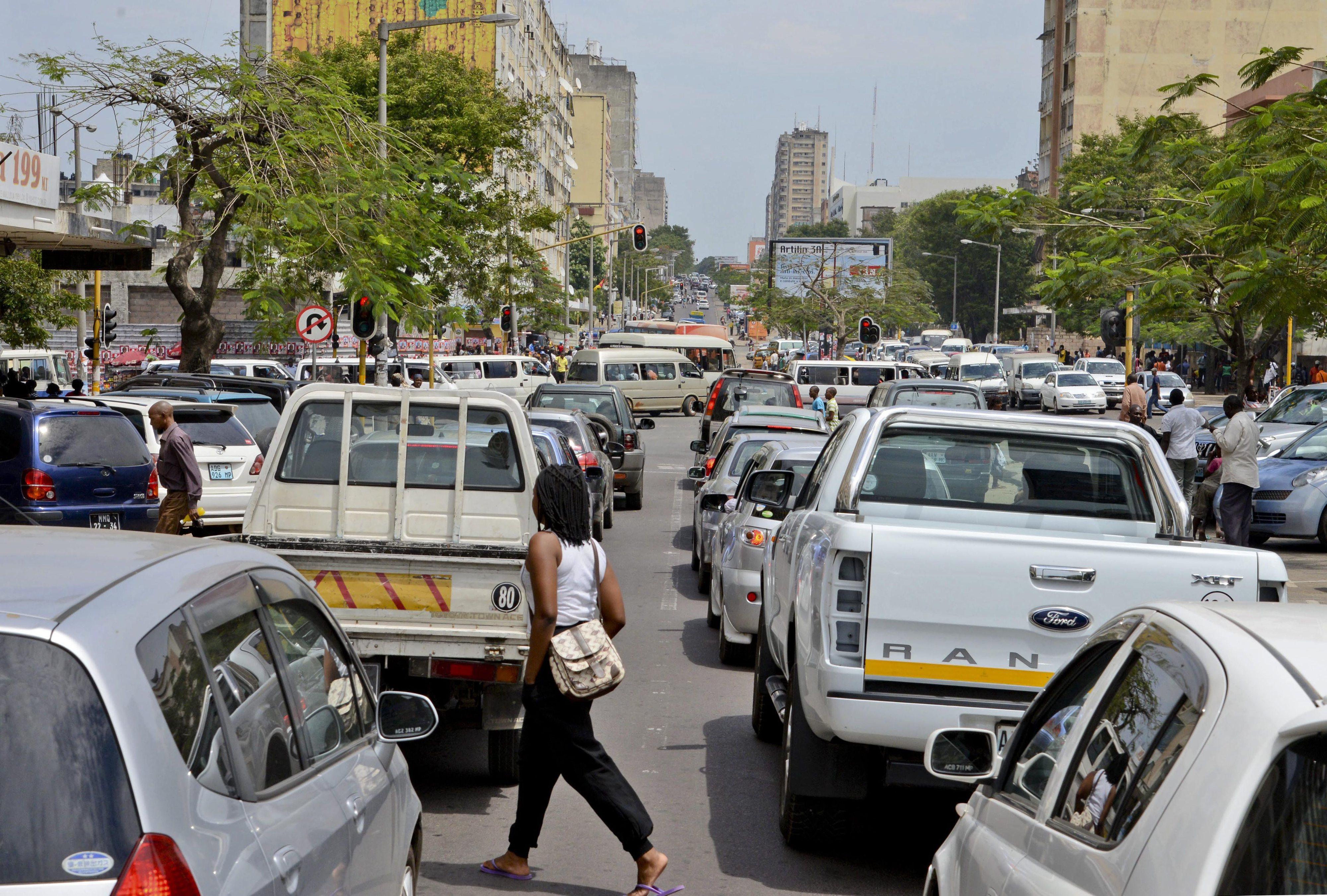 Dois reclusos em fuga após ataque a carro celular na baixa de Maputo