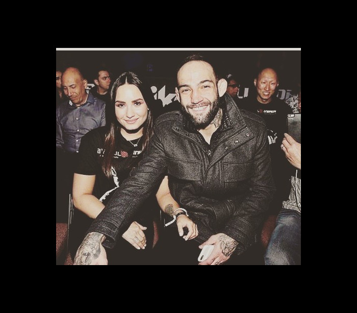 Demi Lovato assiste à vitória do namorado em luta de MMA