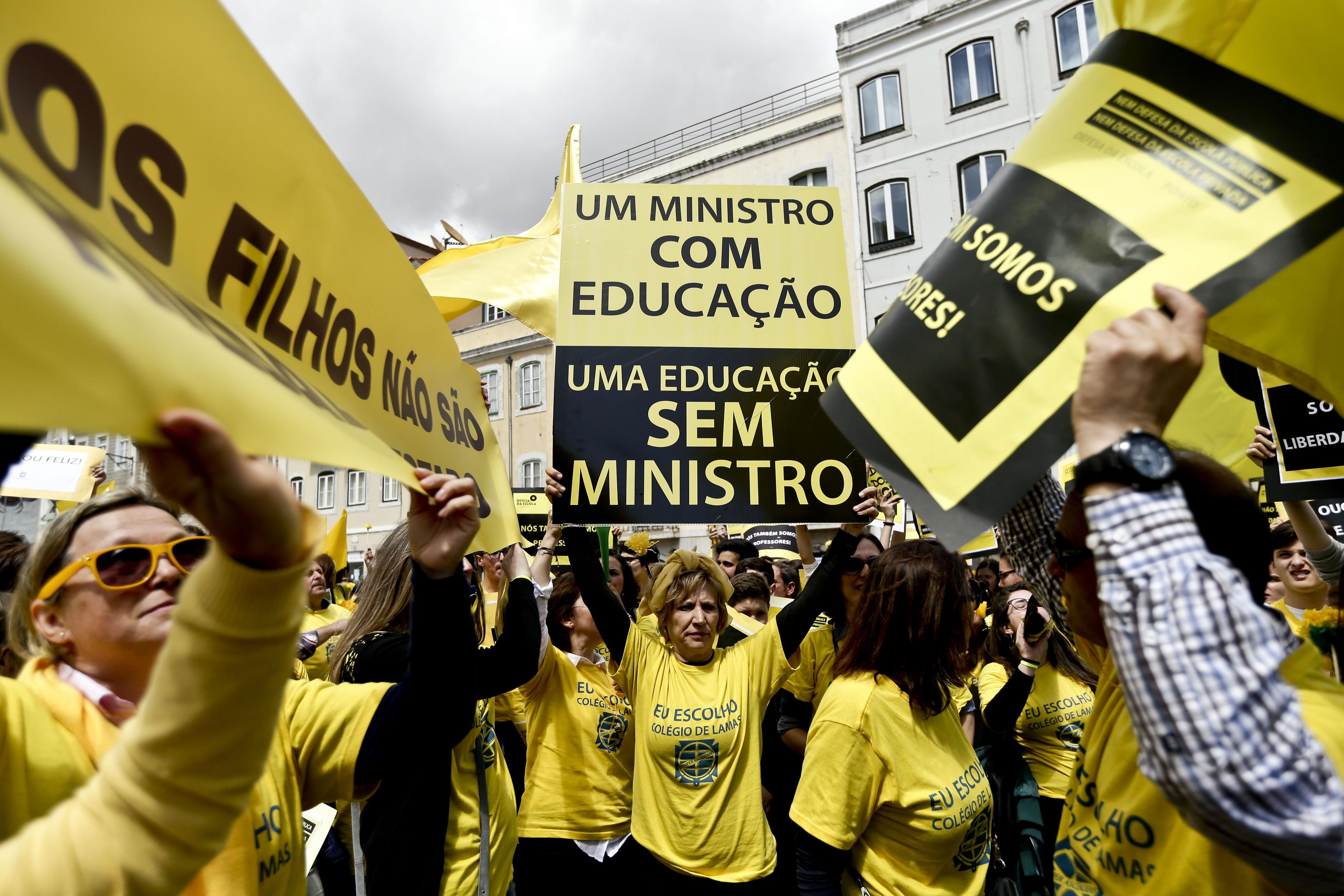 Milhares protestam em Lisboa contra alteração aos contratos de associação