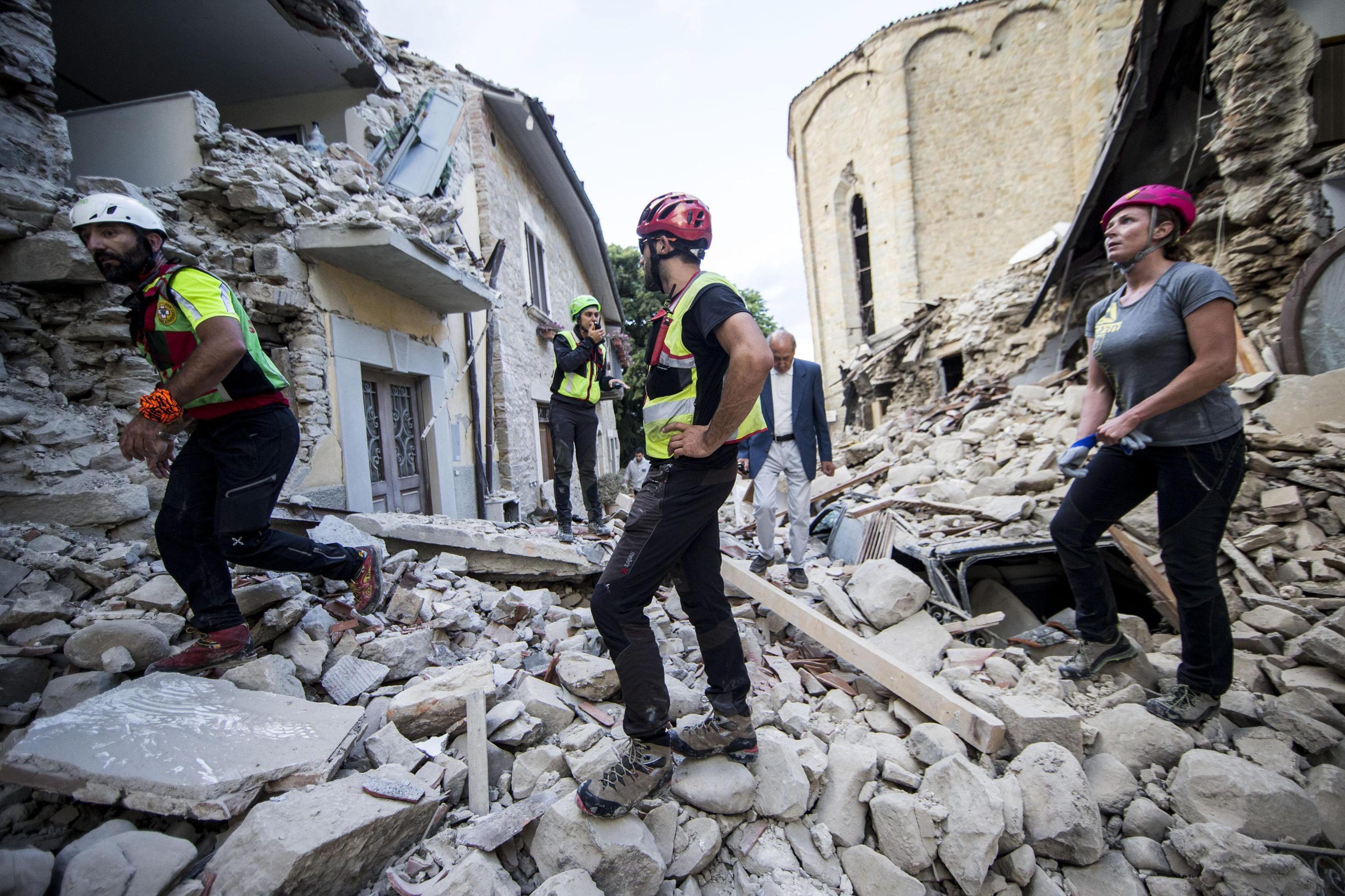 Novo sismo de 4,3 causa mais desabamentos em Amatrice (centro de Itália)