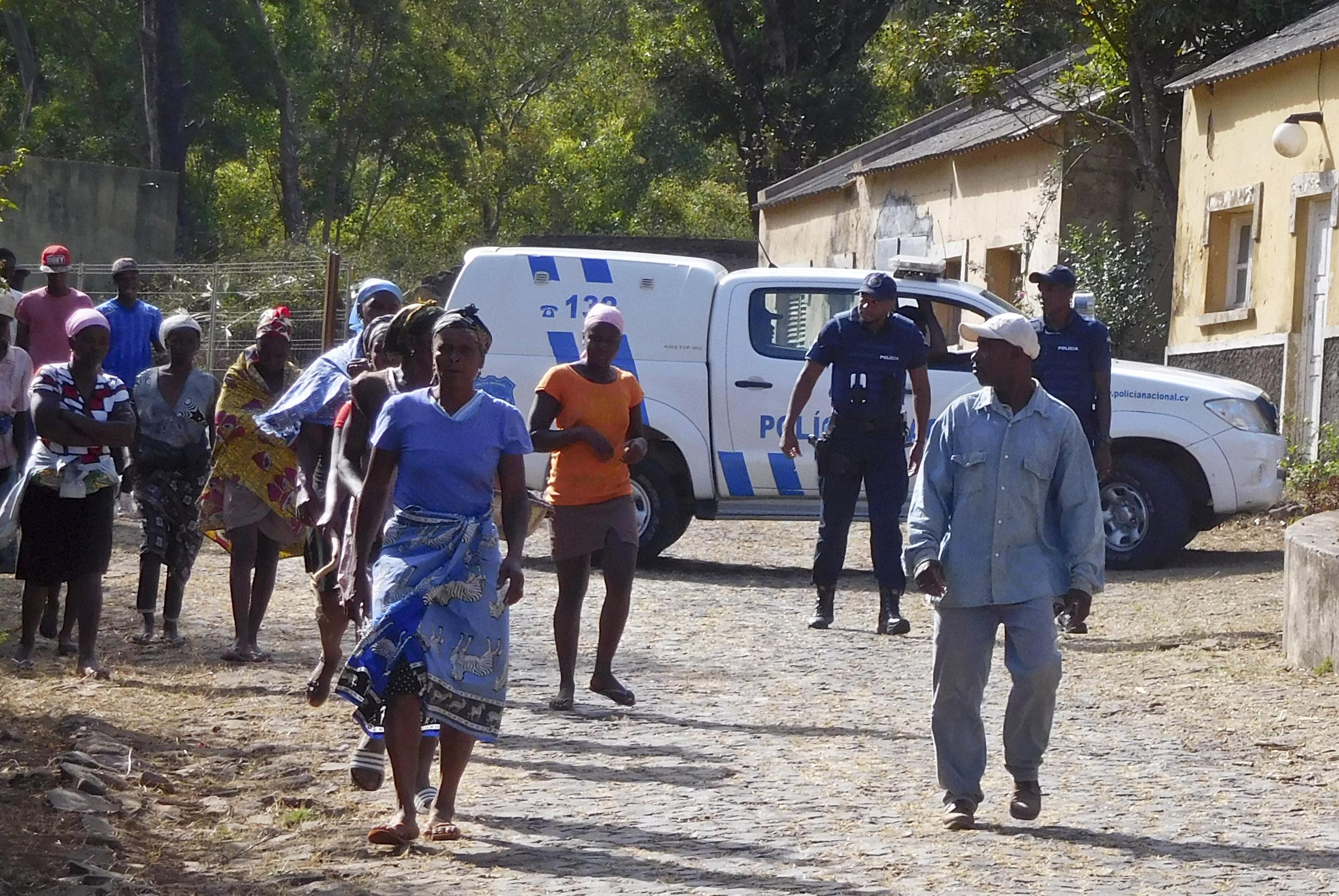 Emoção e dor na homenagem às vítimas em posto militar em Cabo Verde