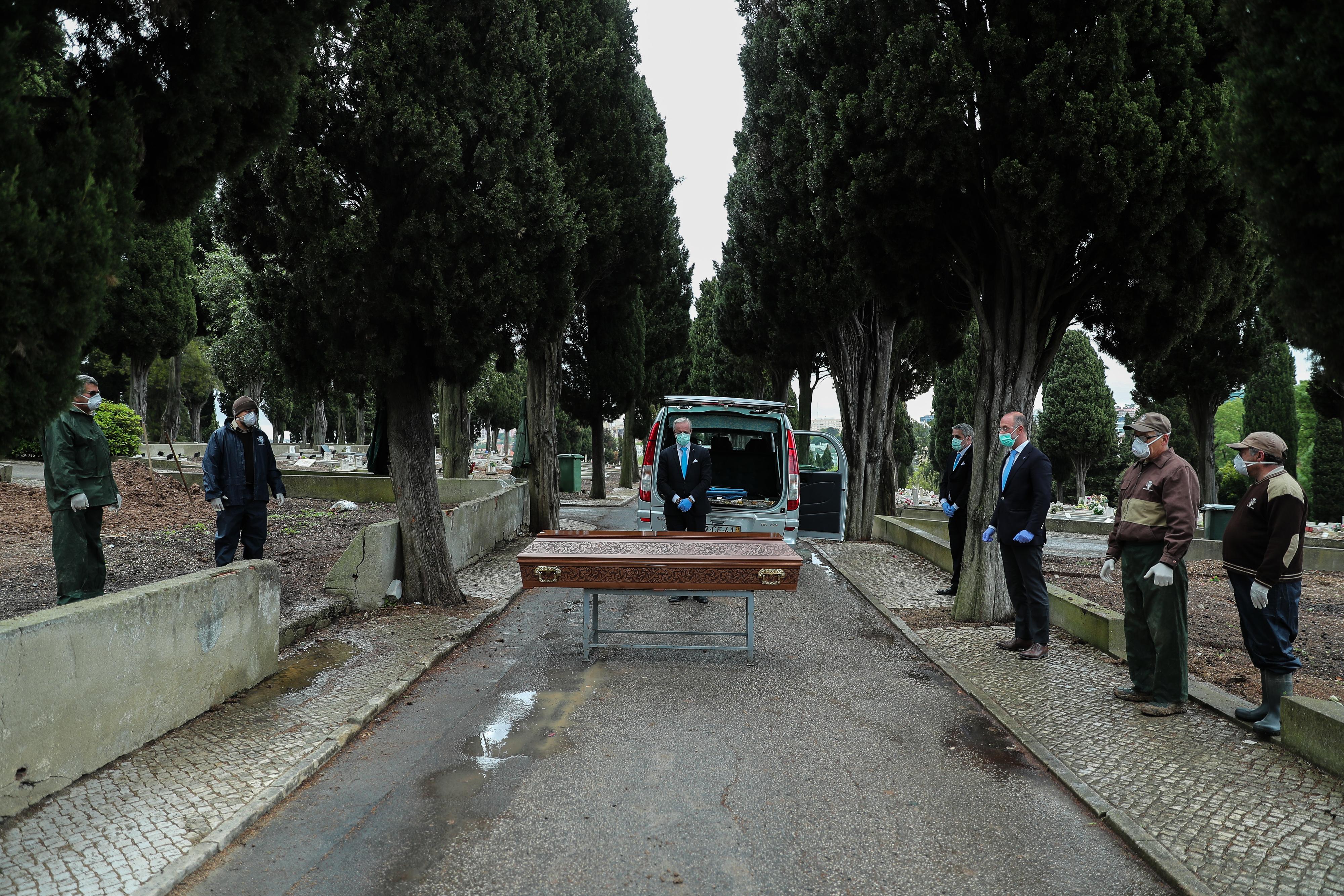 Nos cemitérios vivem-se dias de solidão indigente