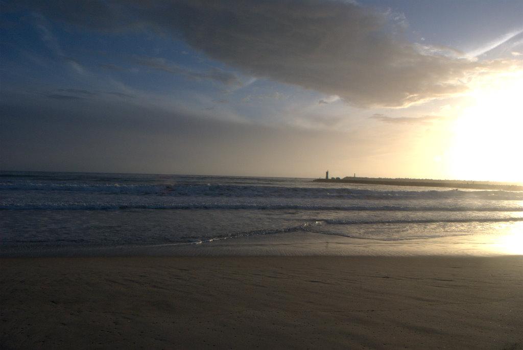 Dezenas de pessoas na praia do Cabedelo, Figueira da Foz, em verão fora de época
