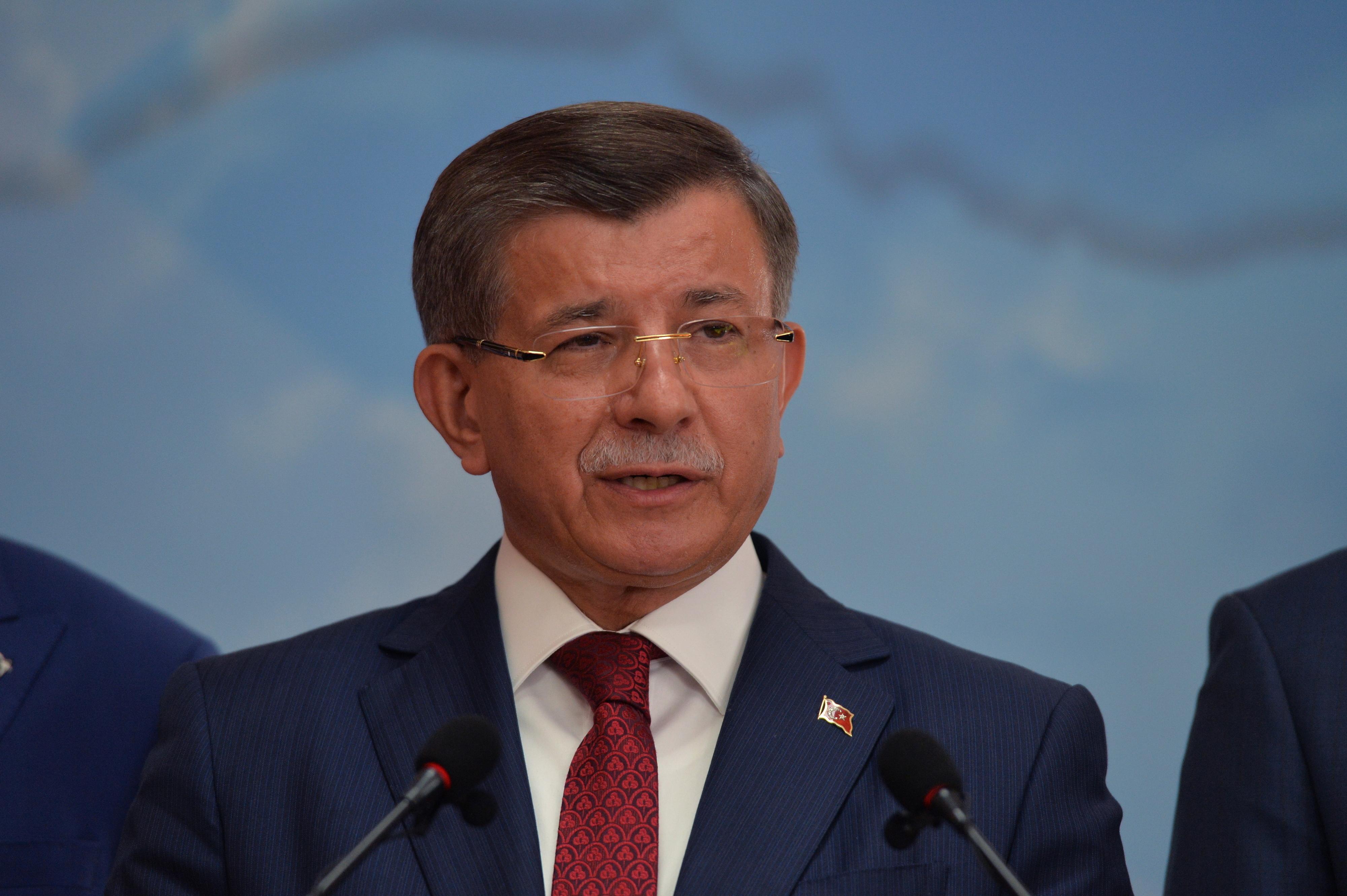 """Ex-PM turco apresenta novo partido e defende regresso à """"democracia parlamentar"""""""